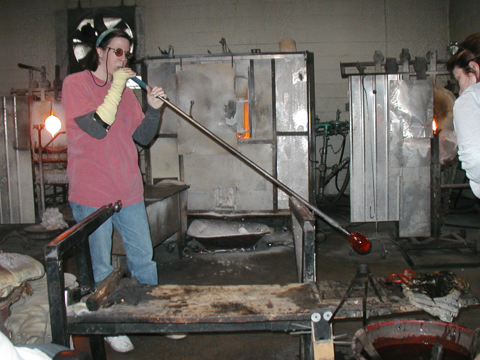 Glassblower.Info - Joel Bless Glasslight Glassblowing class January 18 2004 #001