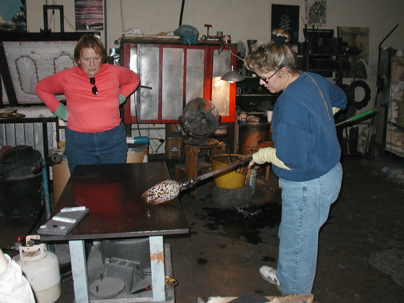 Glassblower.Info - Joel Bless Glasslight Glassblowing class January 18 2004 #002