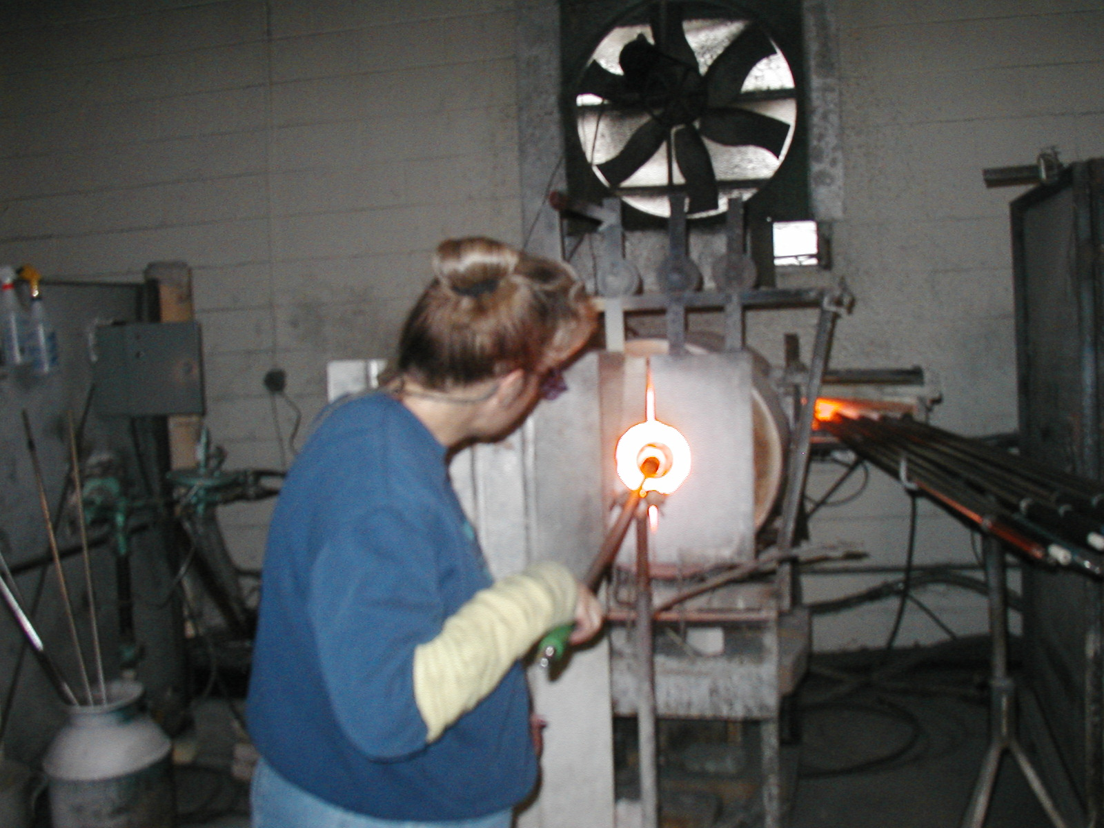 Glassblower.Info - Joel Bless Glasslight Glassblowing class January 18 2004 #003