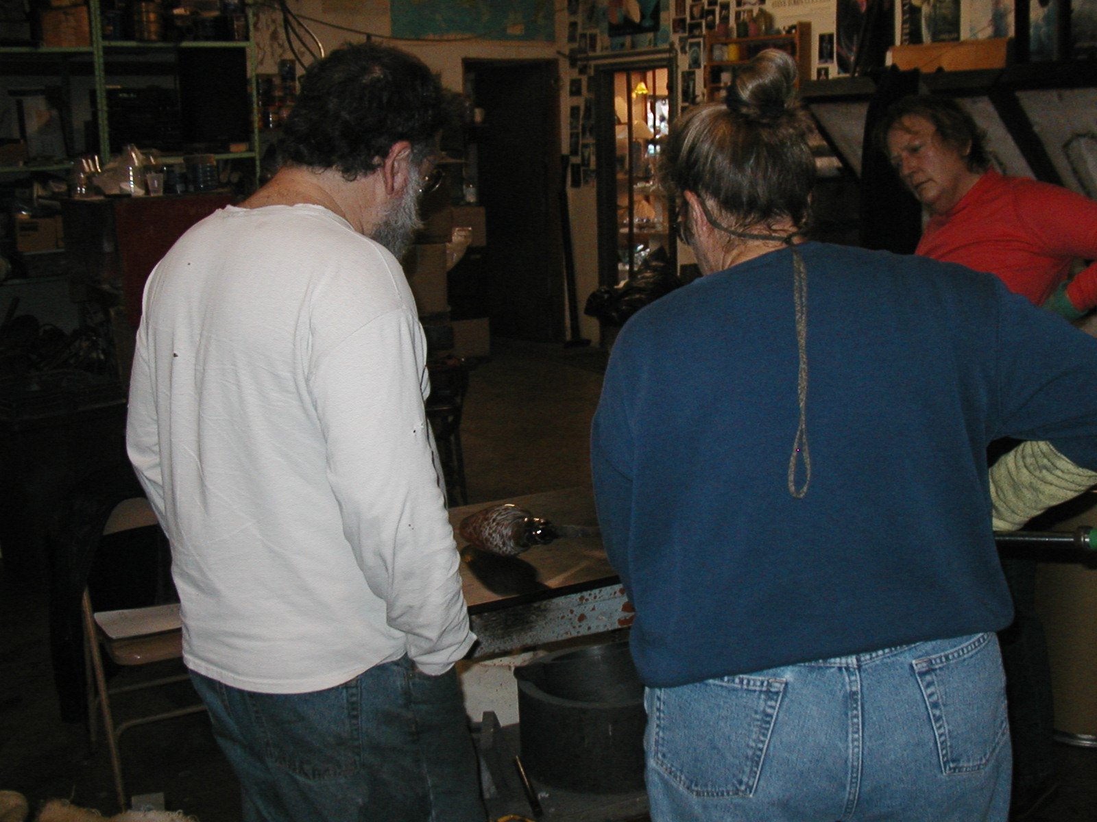 Glassblower.Info - Joel Bless Glasslight Glassblowing class January 18 2004 #007
