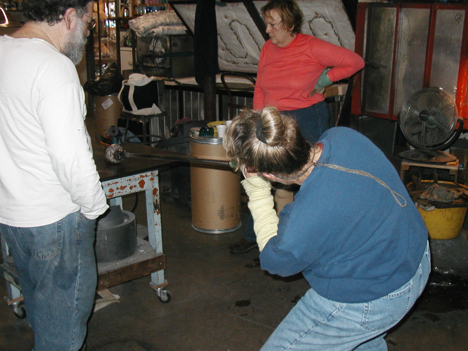Glassblower.Info - Joel Bless Glasslight Glassblowing class January 18 2004 #008
