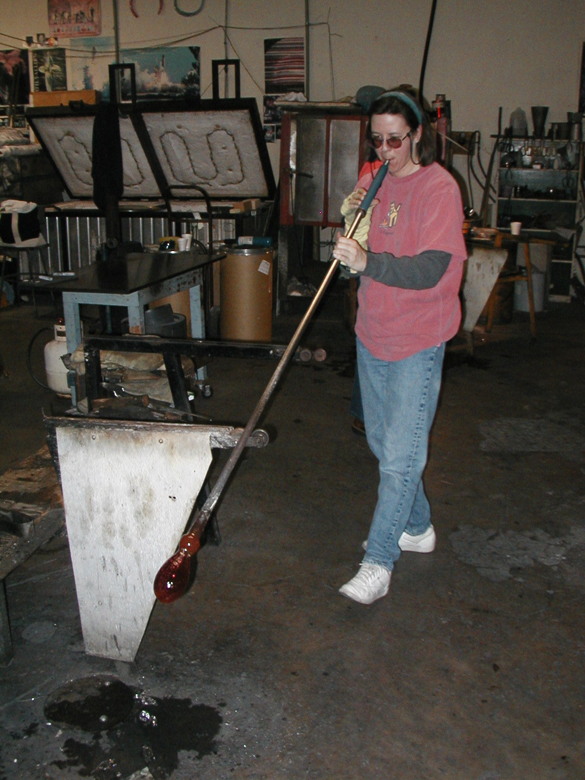 Glassblower.Info - Joel Bless Glasslight Glassblowing class January 18 2004 #009