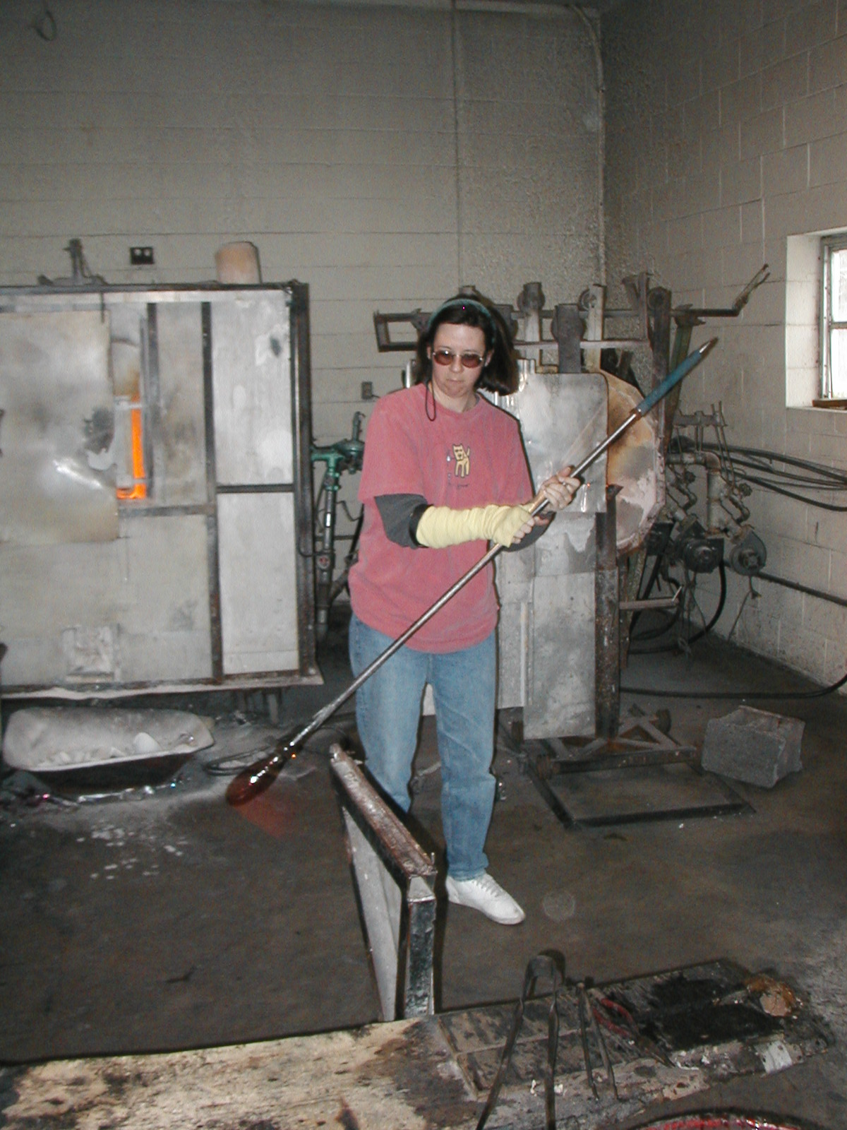 Glassblower.Info - Joel Bless Glasslight Glassblowing class January 18 2004 #010