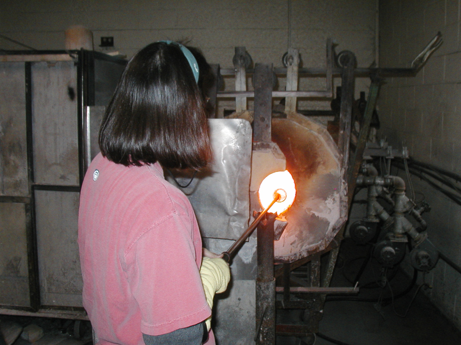 Glassblower.Info - Joel Bless Glasslight Glassblowing class January 18 2004 #019