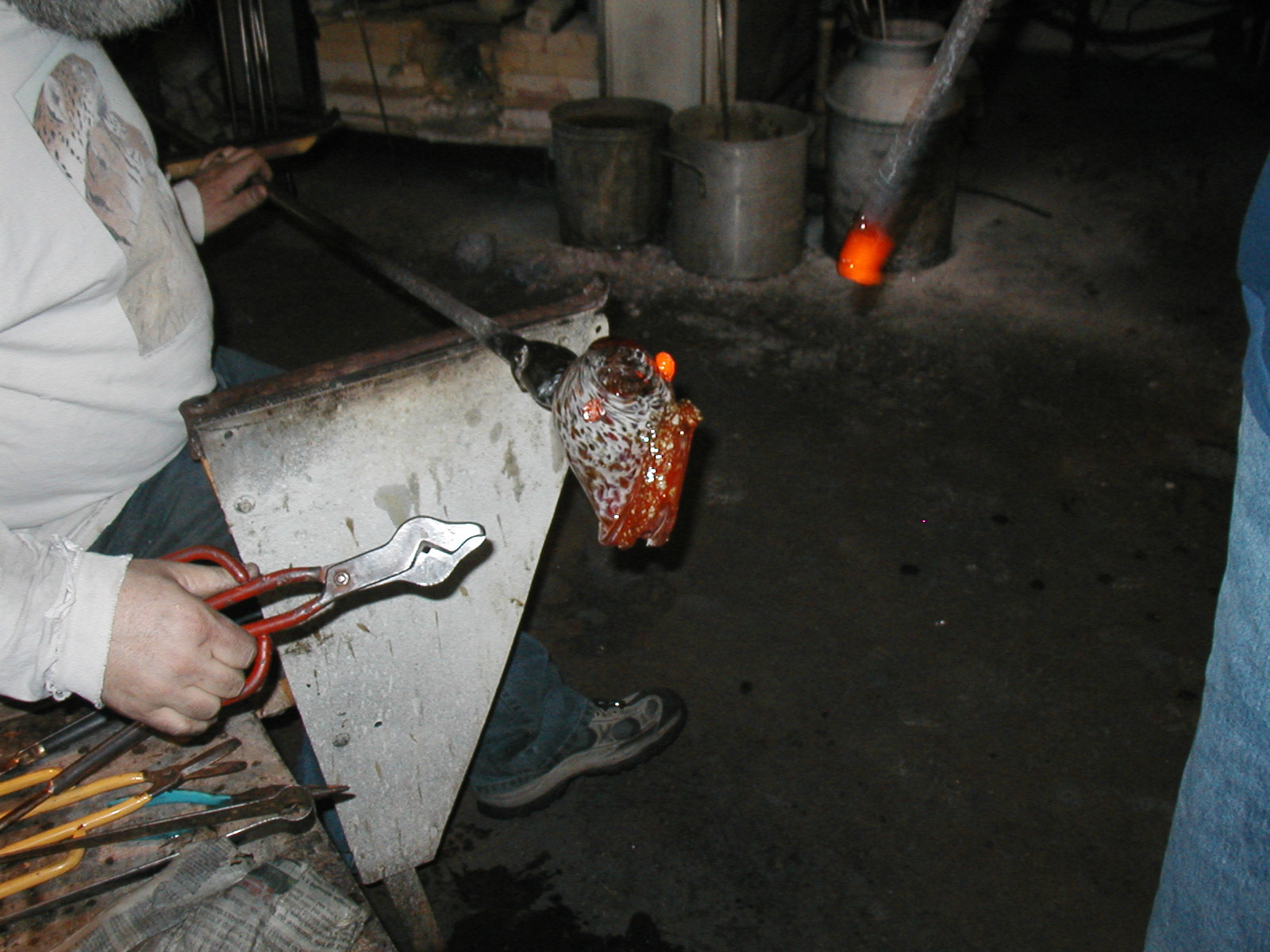 Glassblower.Info - Joel Bless Glasslight Glassblowing class January 18 2004 #020
