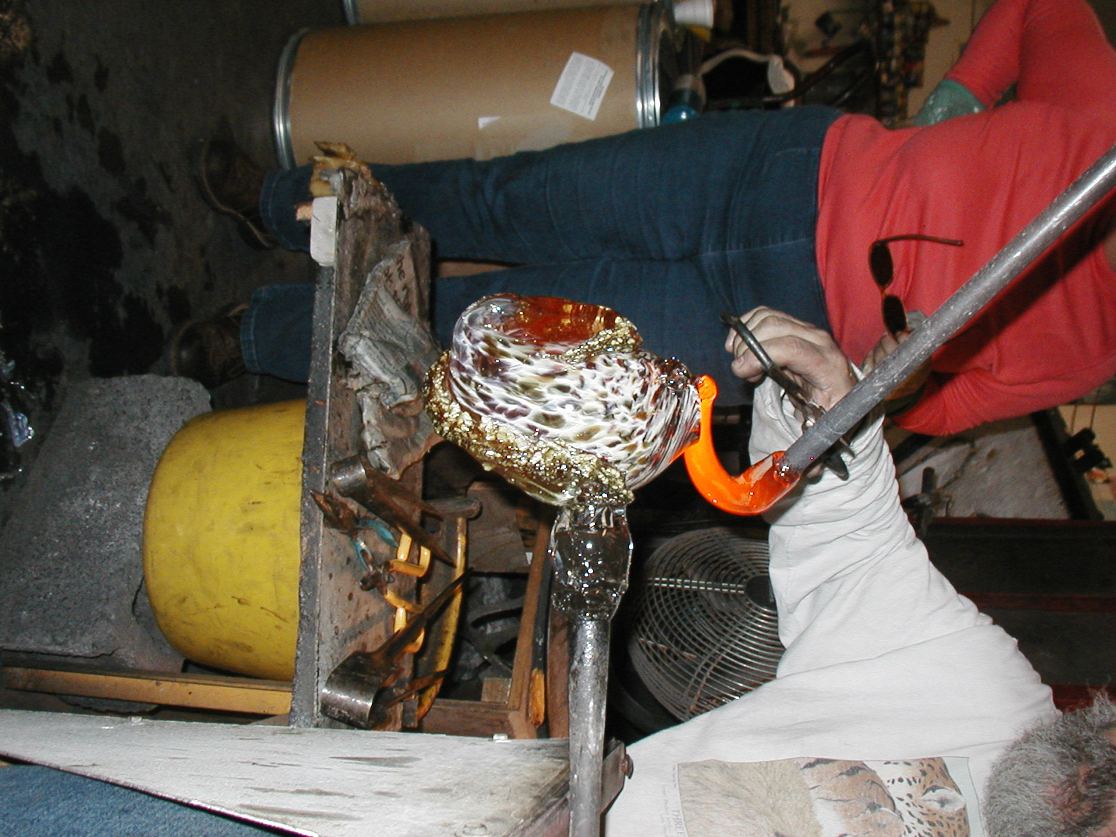 Glassblower.Info - Joel Bless Glasslight Glassblowing class January 18 2004 #023