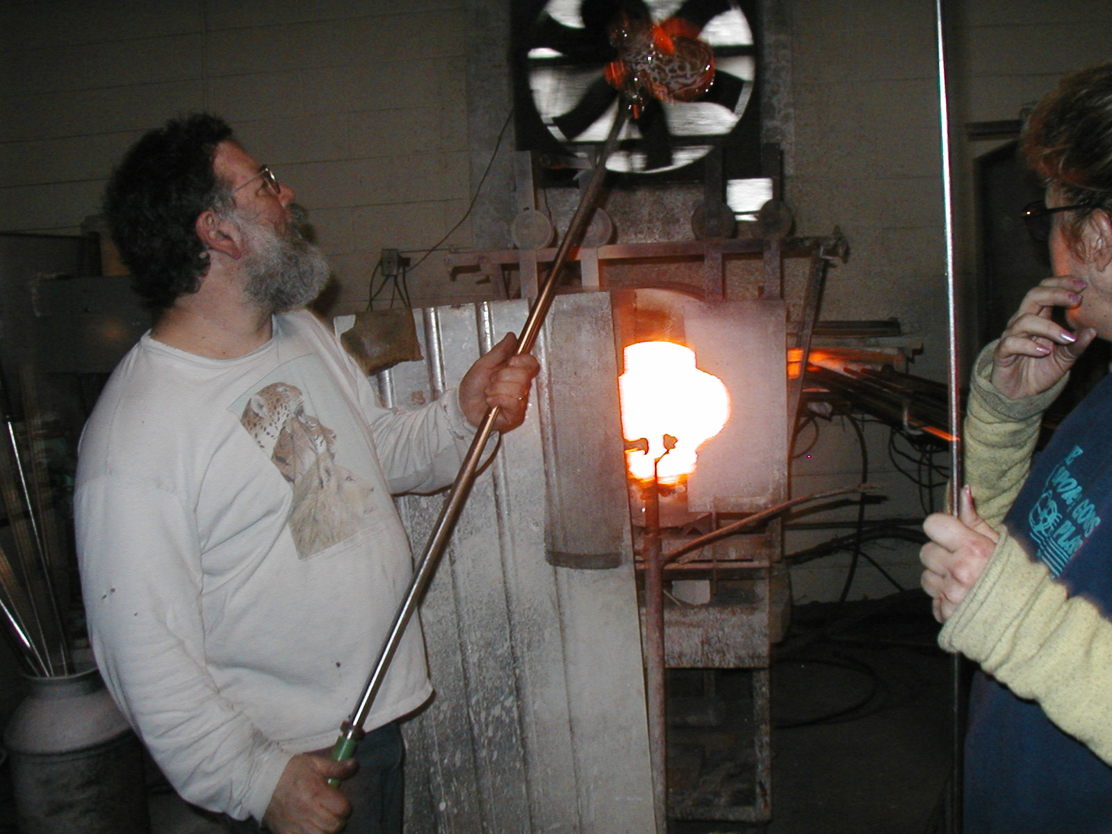 Glassblower.Info - Joel Bless Glasslight Glassblowing class January 18 2004 #027