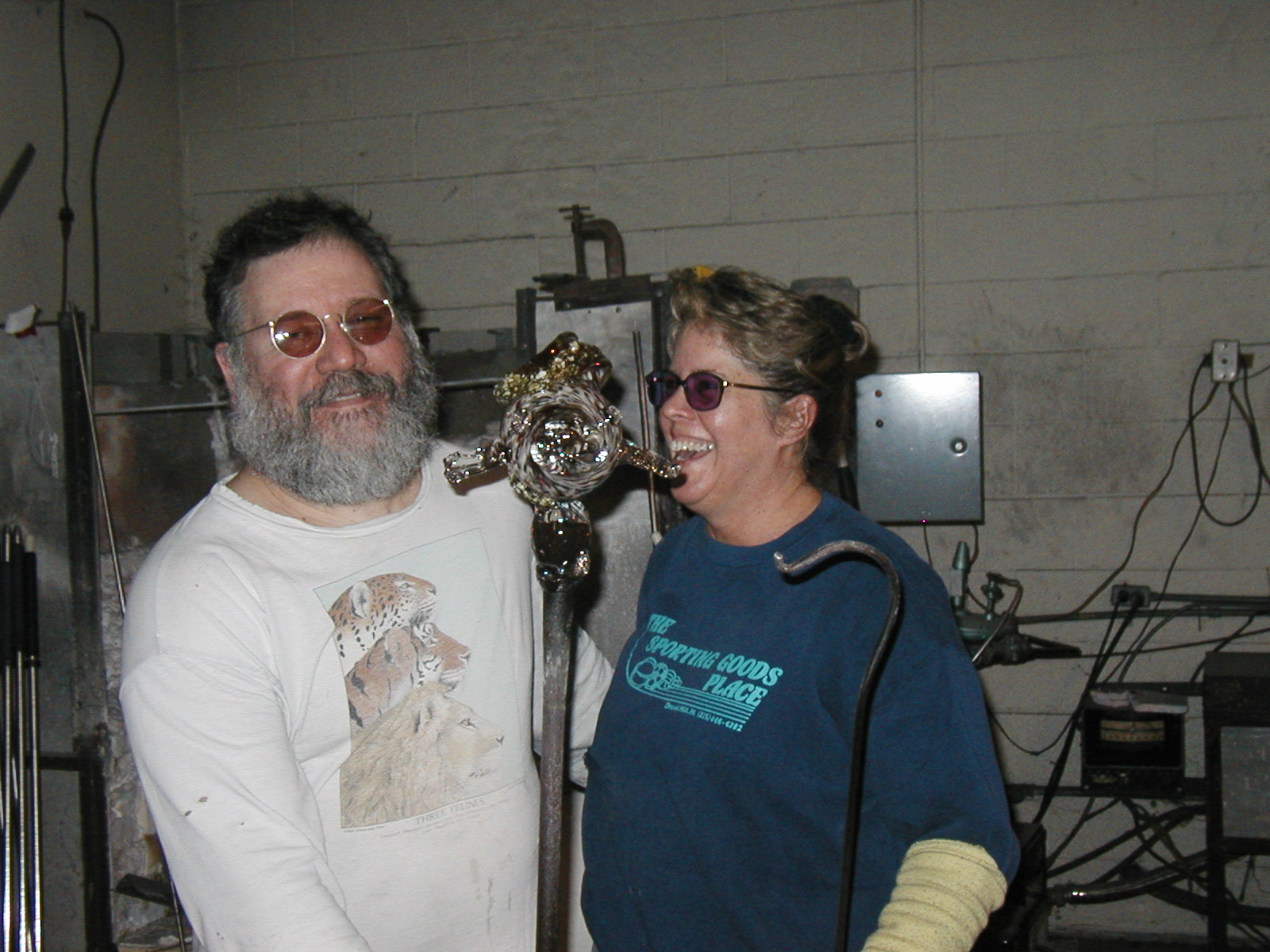 Glassblower.Info - Joel Bless Glasslight Glassblowing class January 18 2004 #033