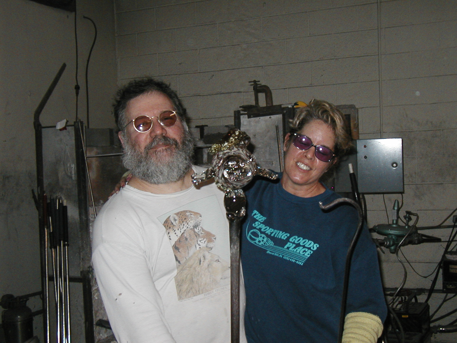 Glassblower.Info - Joel Bless Glasslight Glassblowing class January 18 2004 #034