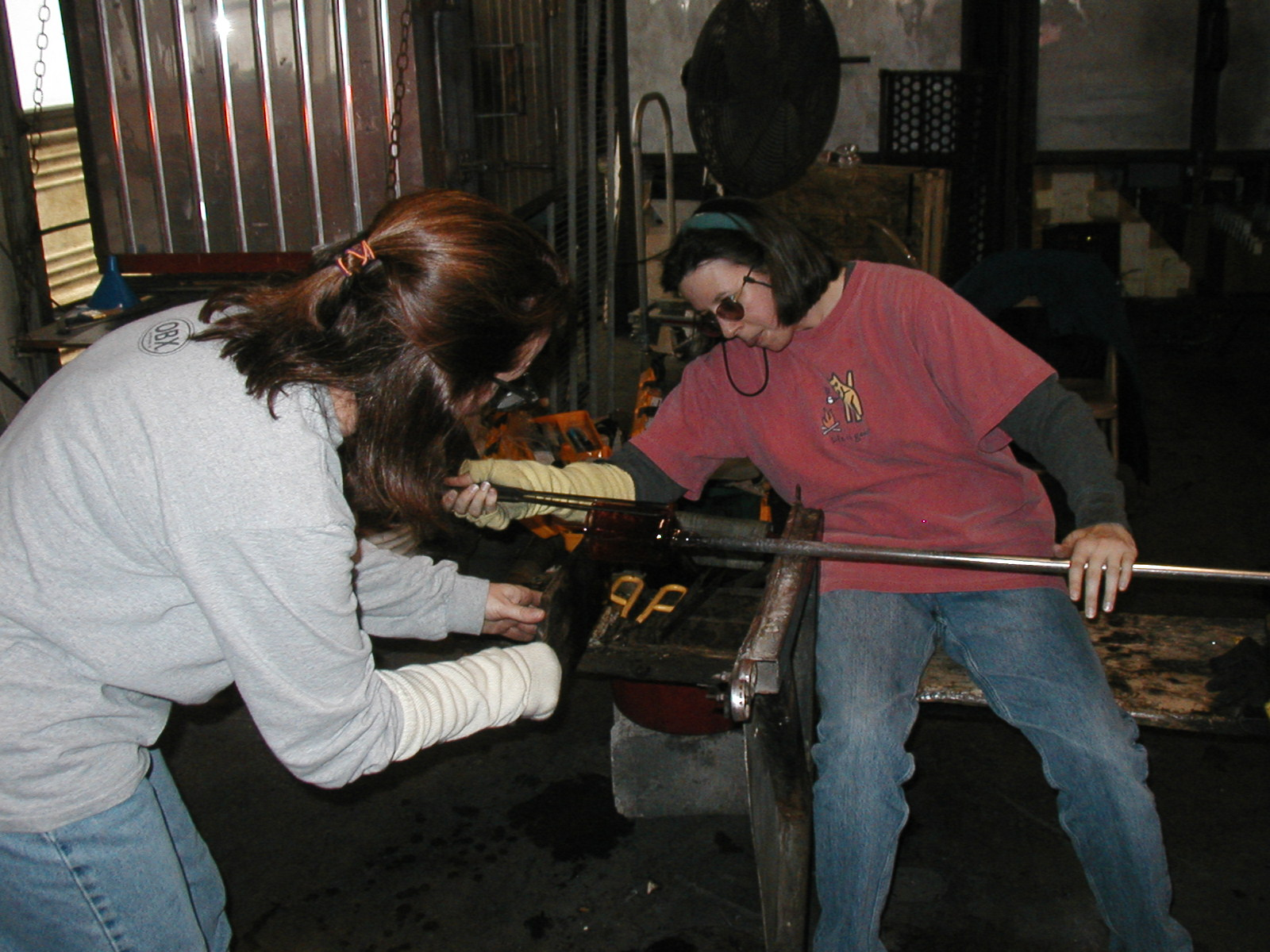 Glassblower.Info - Joel Bless Glasslight Glassblowing class January 18 2004 #036