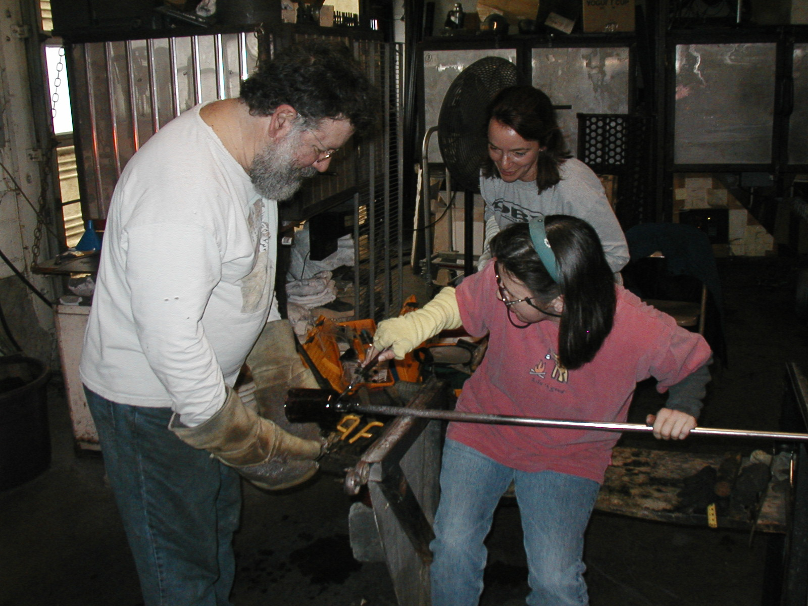 Glassblower.Info - Joel Bless Glasslight Glassblowing class January 18 2004 #038