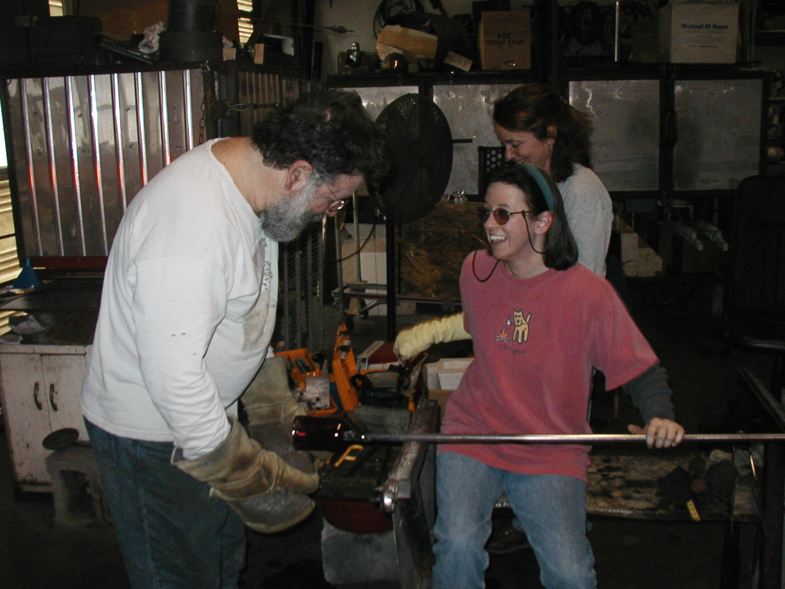 Glassblower.Info - Joel Bless Glasslight Glassblowing class January 18 2004 #039