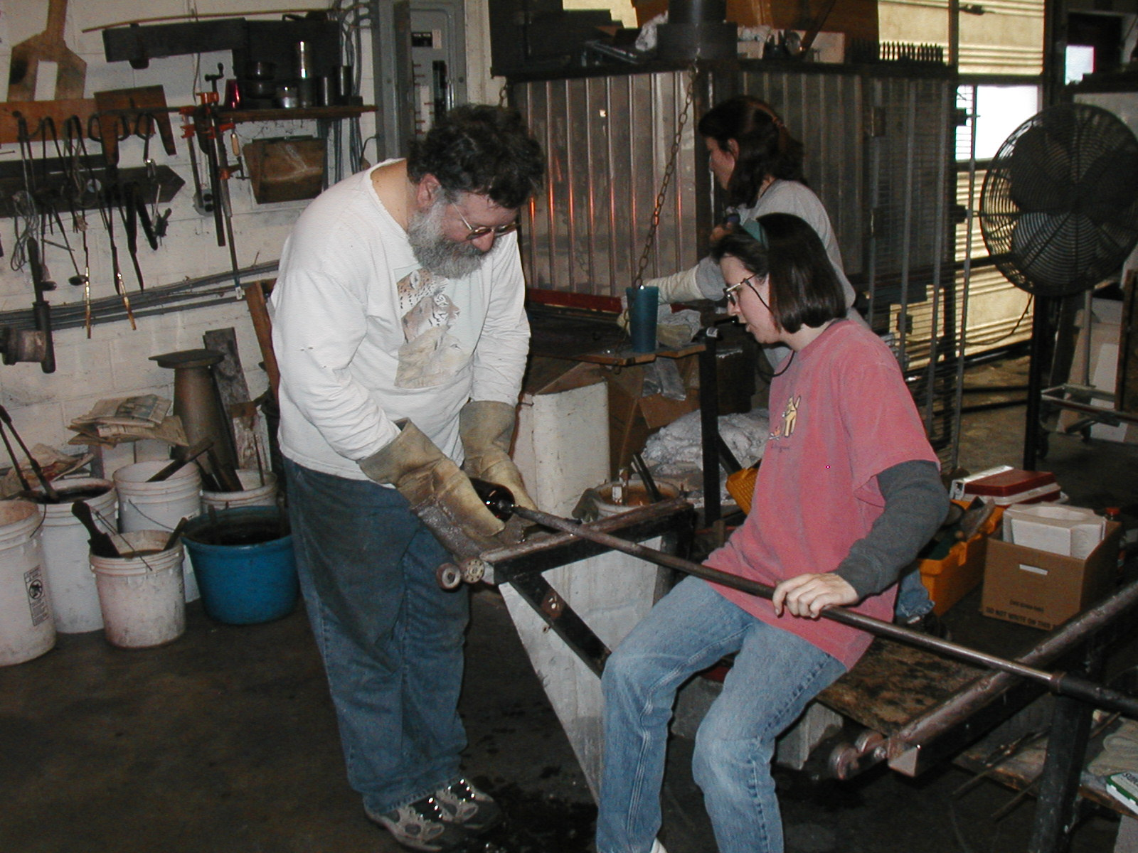Glassblower.Info - Joel Bless Glasslight Glassblowing class January 18 2004 #040