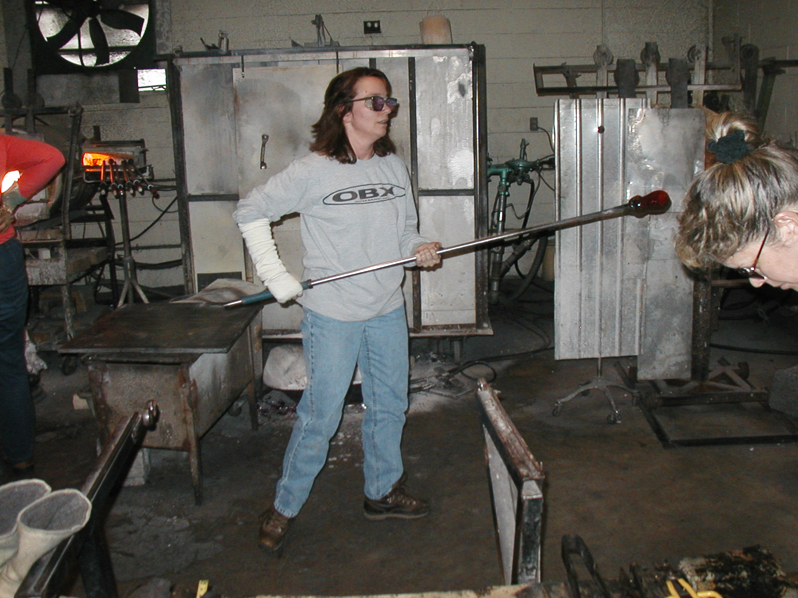 Glassblower.Info - Joel Bless Glasslight Glassblowing class January 18 2004 #041