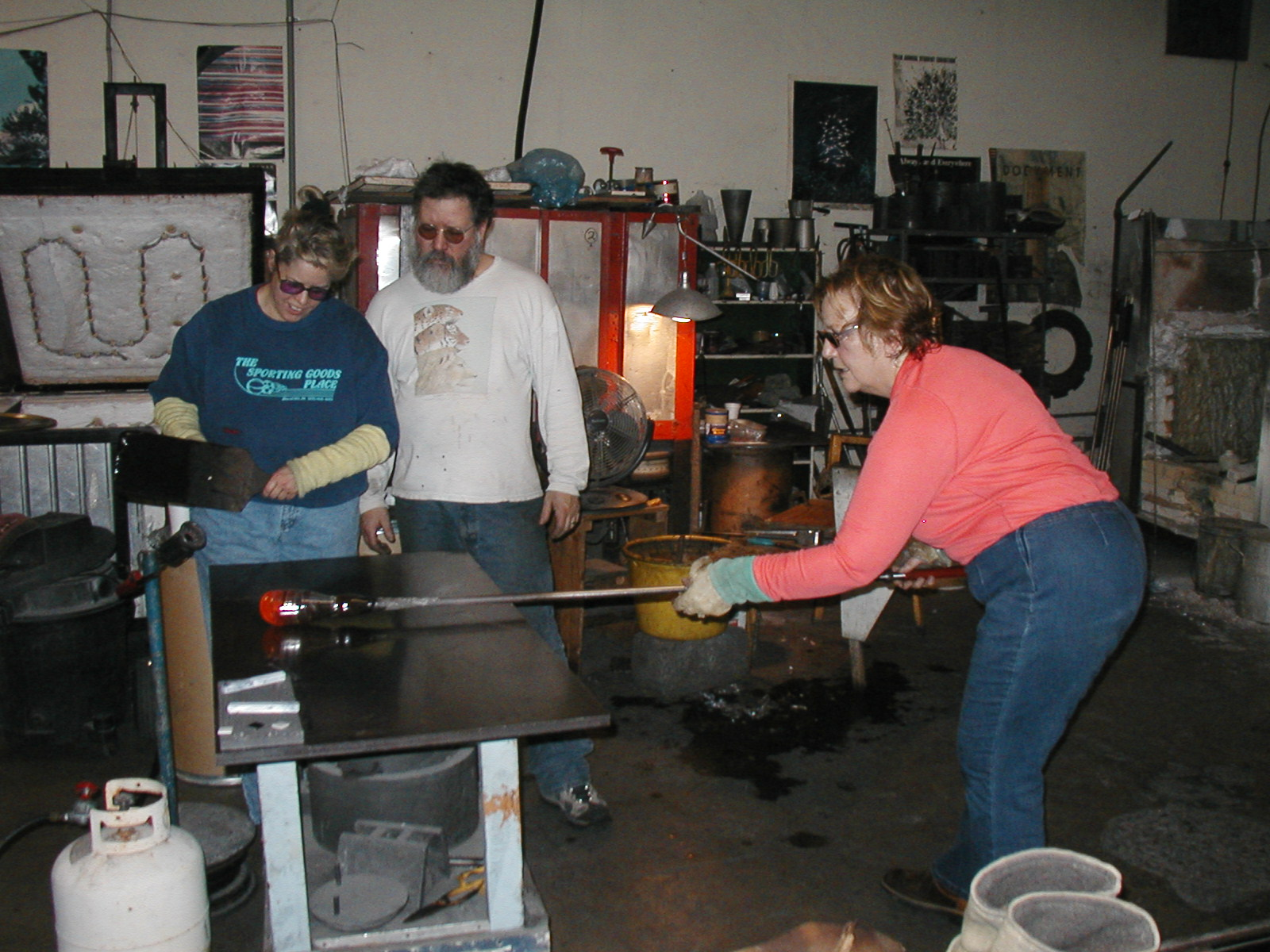 Glassblower.Info - Joel Bless Glasslight Glassblowing class January 18 2004 #043