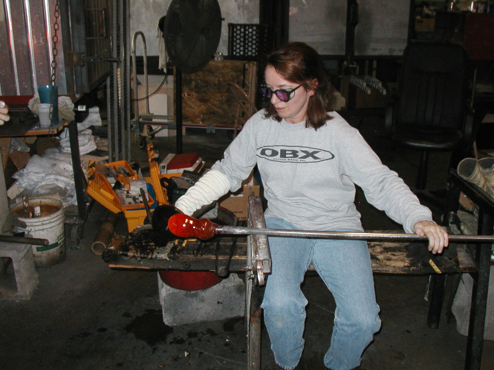 Glassblower.Info - Joel Bless Glasslight Glassblowing class January 18 2004 #045