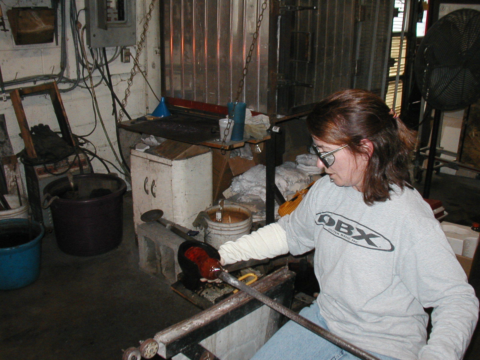 Glassblower.Info - Joel Bless Glasslight Glassblowing class January 18 2004 #047