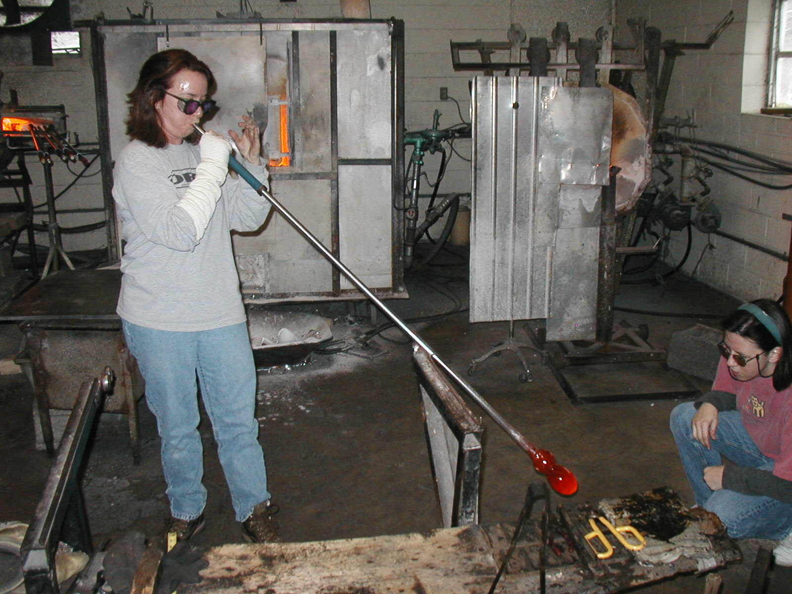 Glassblower.Info - Joel Bless Glasslight Glassblowing class January 18 2004 #049