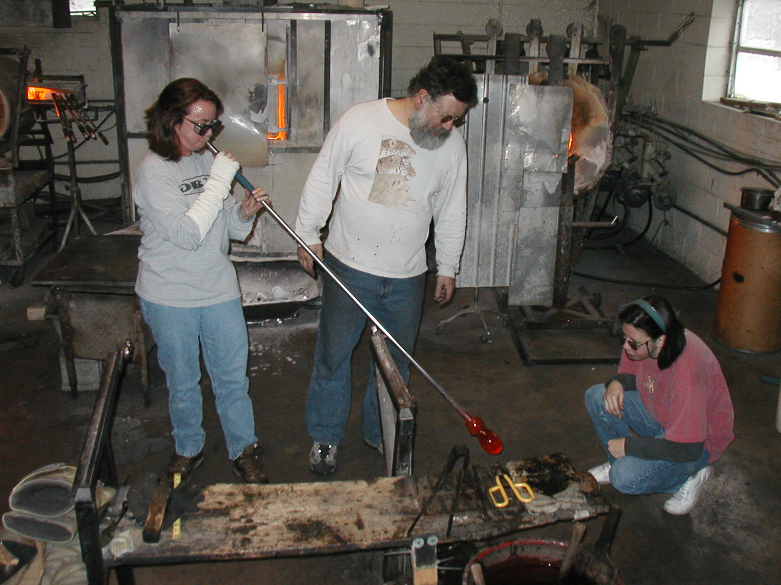 Glassblower.Info - Joel Bless Glasslight Glassblowing class January 18 2004 #050