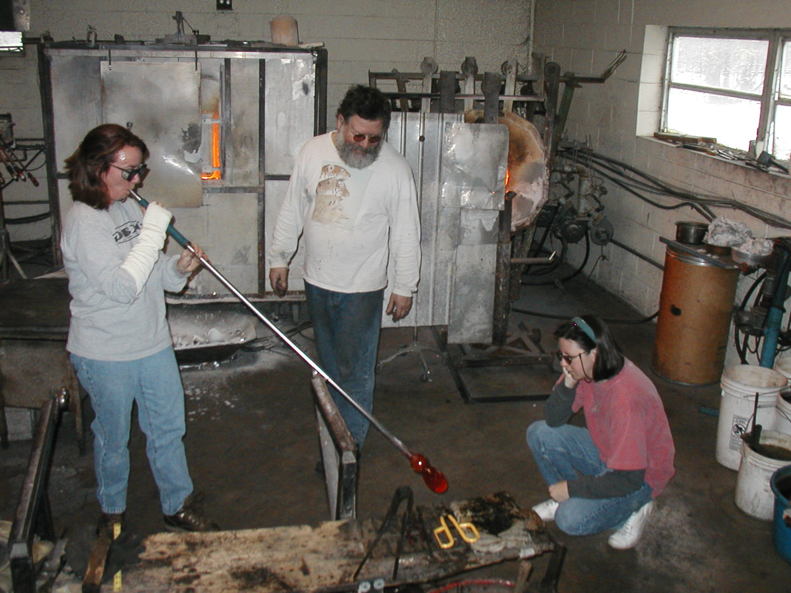 Glassblower.Info - Joel Bless Glasslight Glassblowing class January 18 2004 #051