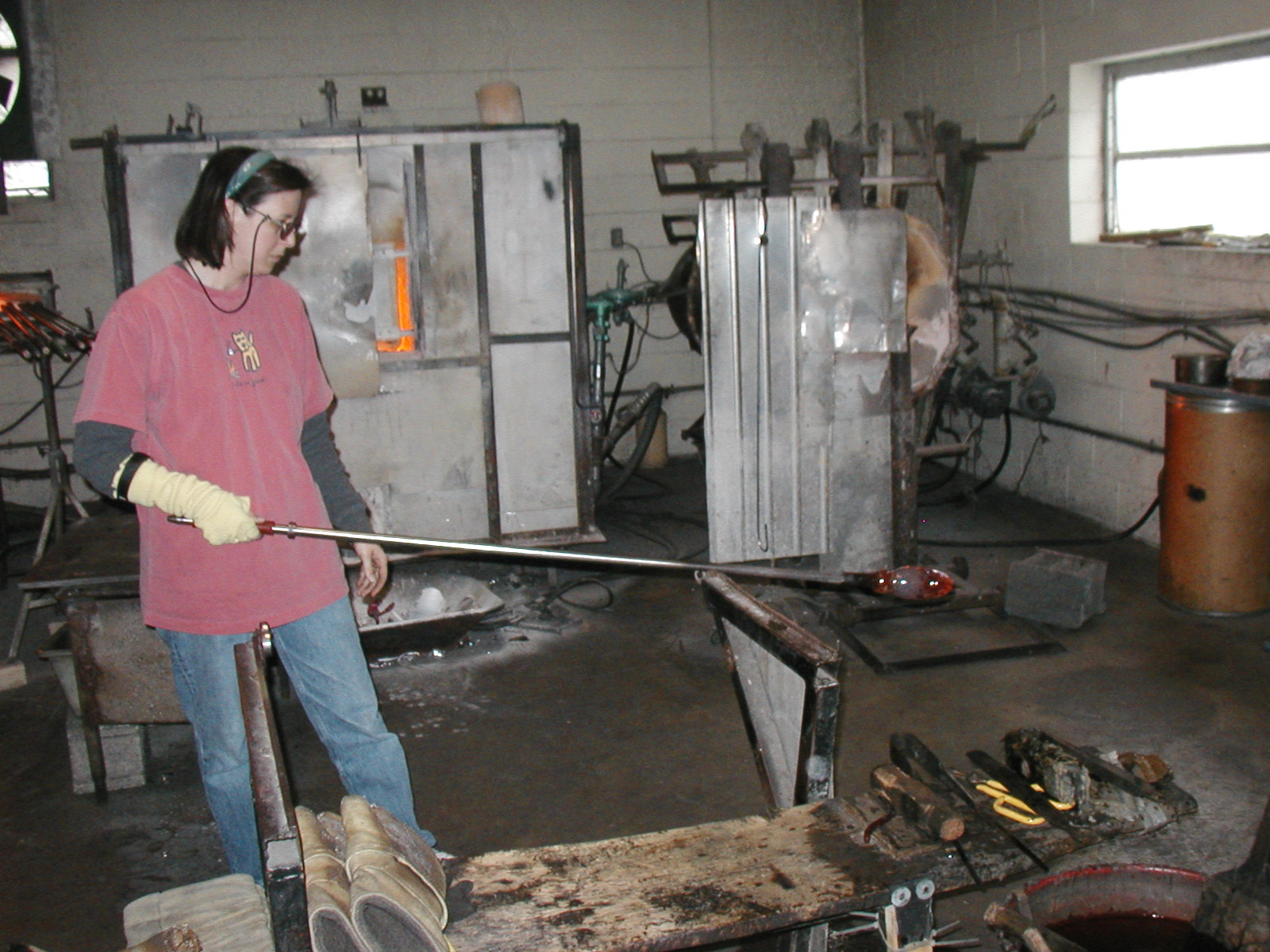 Glassblower.Info - Joel Bless Glasslight Glassblowing class January 18 2004 #054