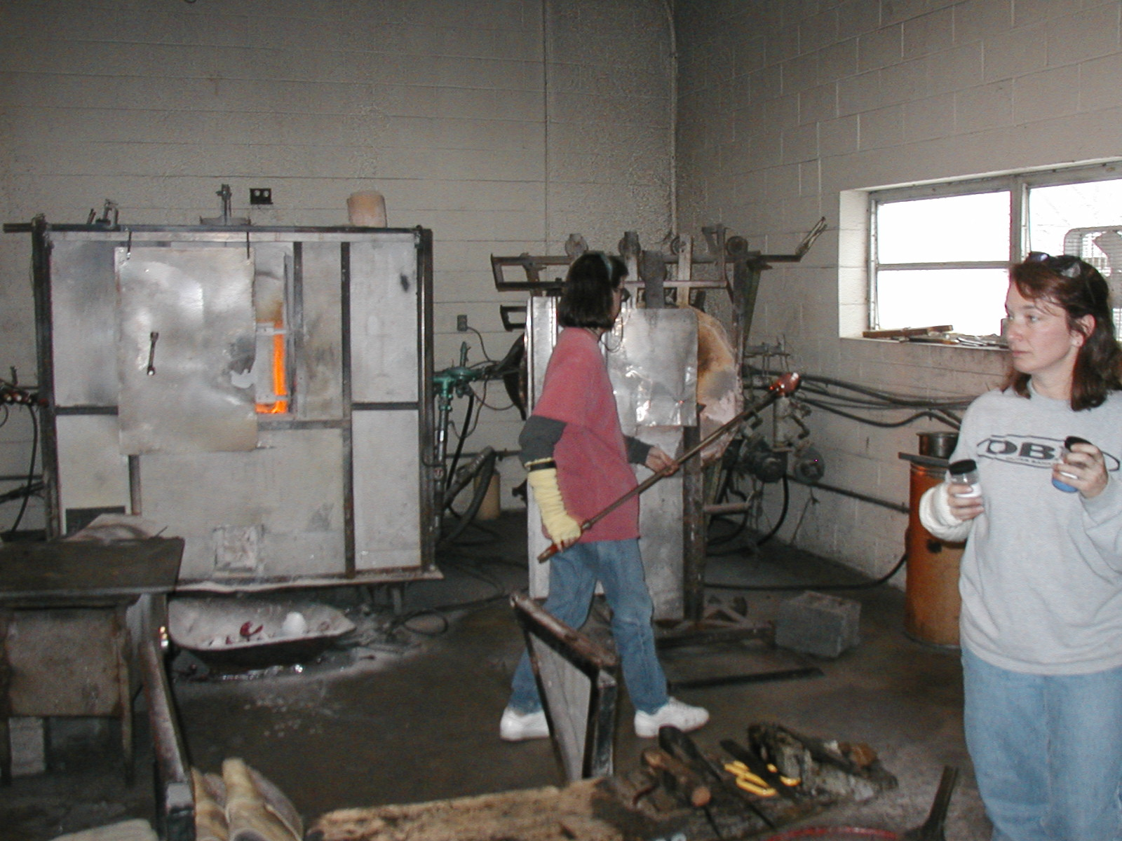 Glassblower.Info - Joel Bless Glasslight Glassblowing class January 18 2004 #055