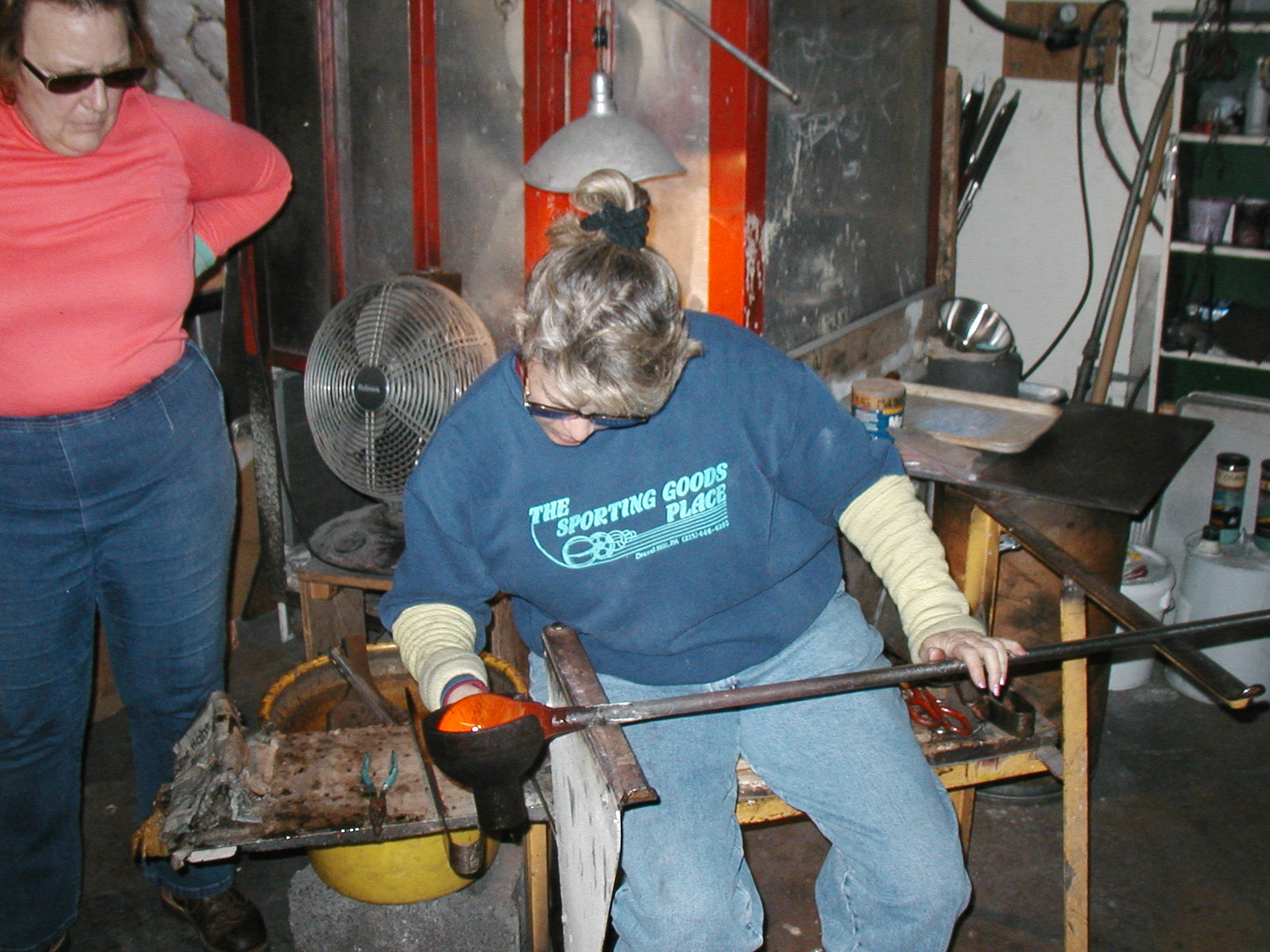 Glassblower.Info - Joel Bless Glasslight Glassblowing class January 18 2004 #056