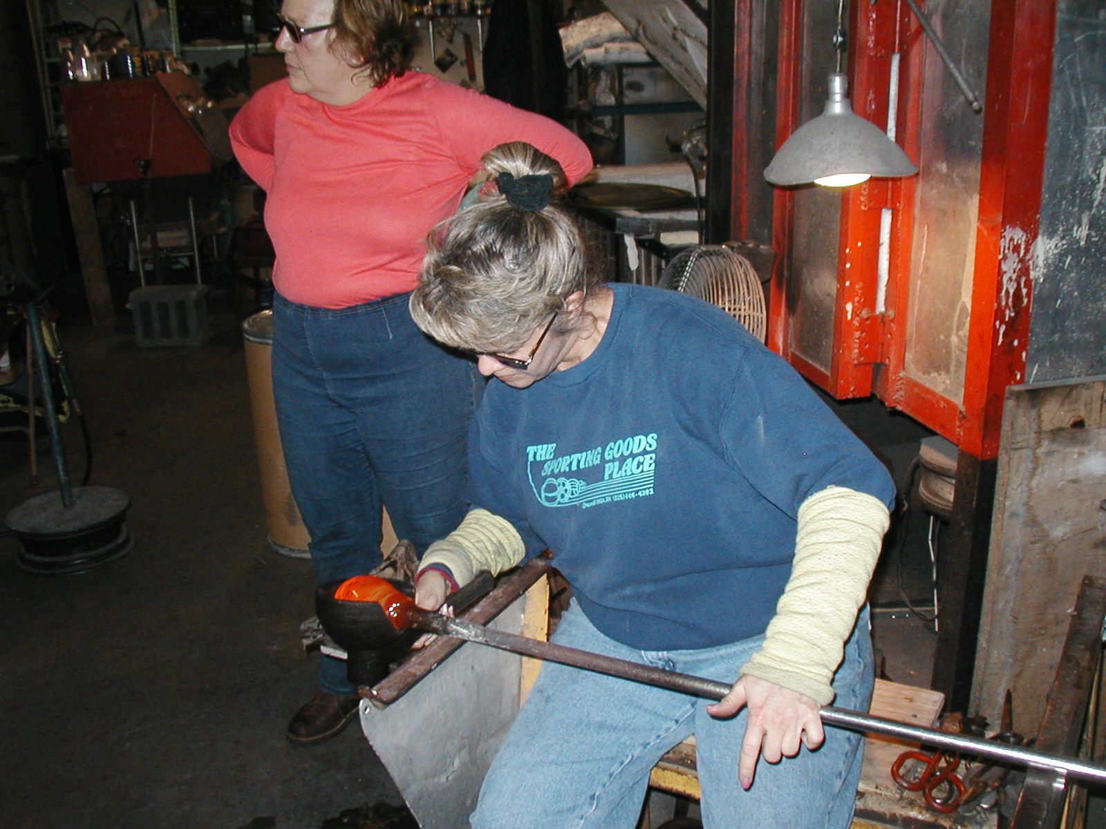 Glassblower.Info - Joel Bless Glasslight Glassblowing class January 18 2004 #057