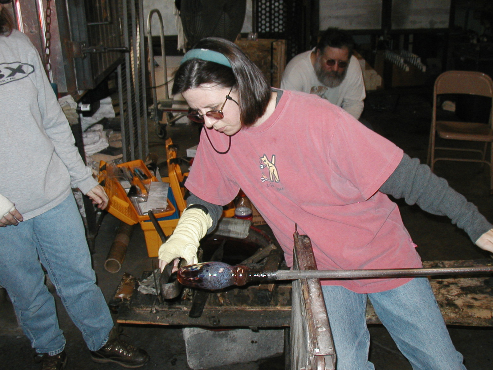 Glassblower.Info - Joel Bless Glasslight Glassblowing class January 18 2004 #058