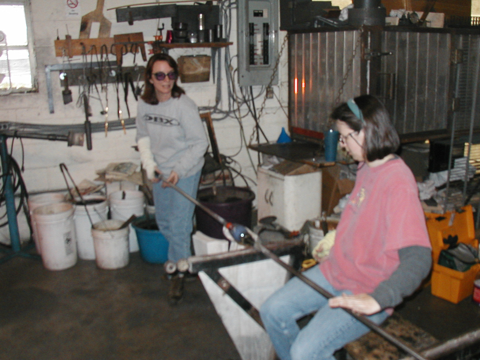Glassblower.Info - Joel Bless Glasslight Glassblowing class January 18 2004 #060