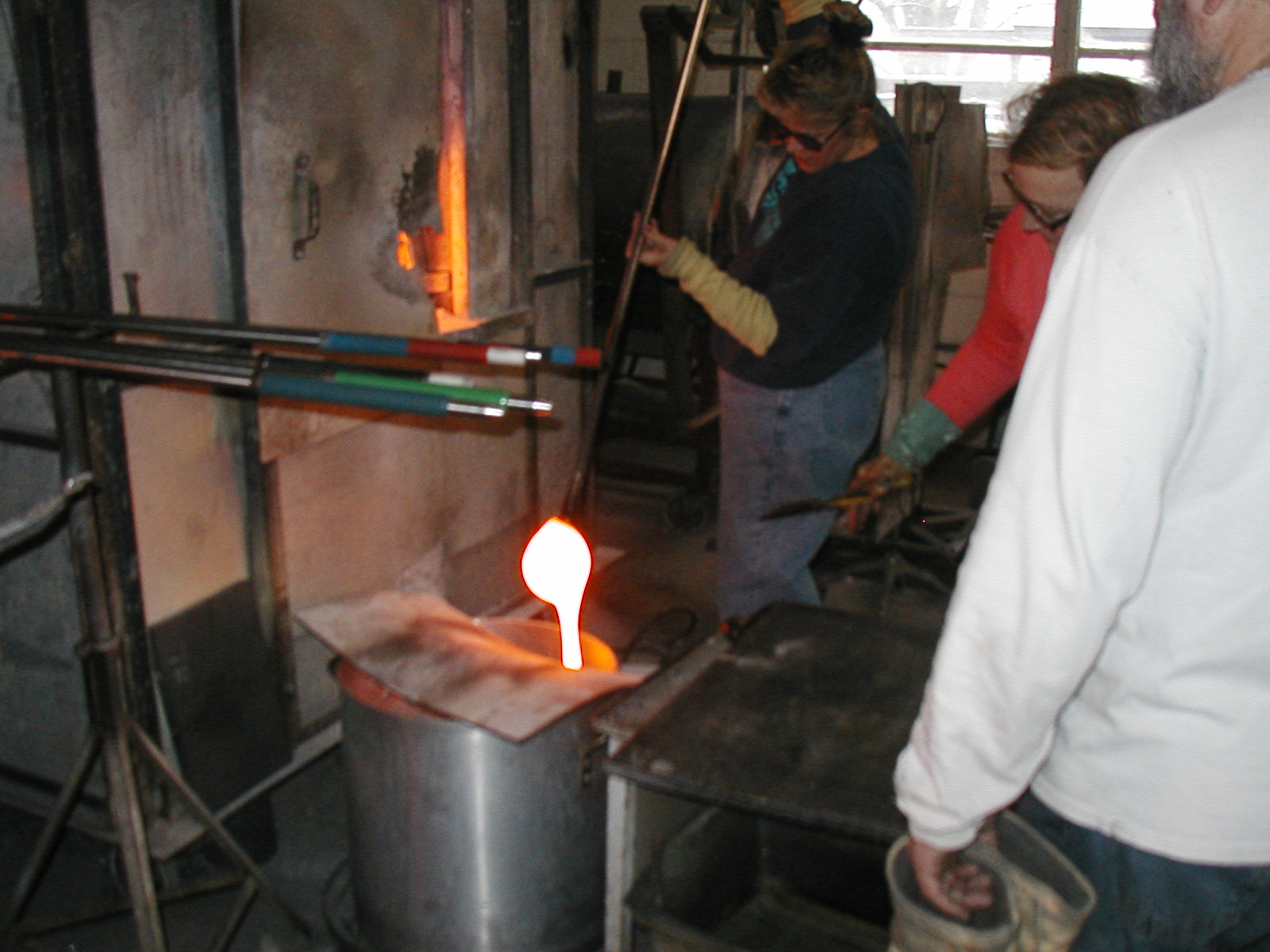 Glassblower.Info - Joel Bless Glasslight Glassblowing class January 18 2004 #062