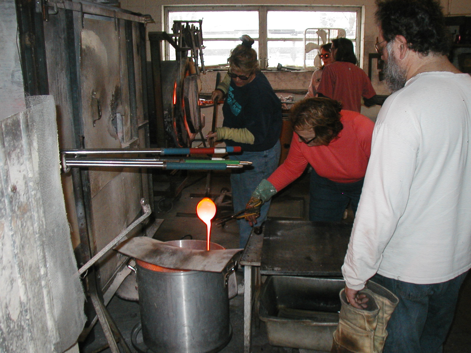 Glassblower.Info - Joel Bless Glasslight Glassblowing class January 18 2004 #064