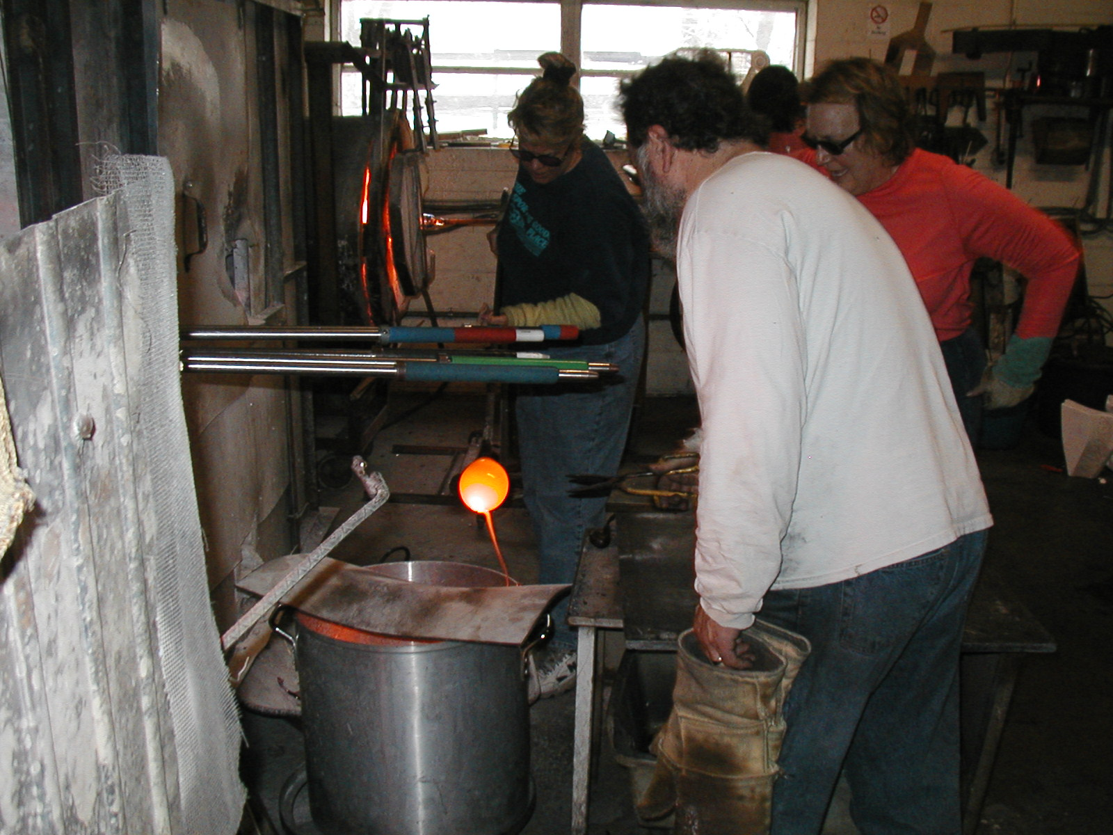 Glassblower.Info - Joel Bless Glasslight Glassblowing class January 18 2004 #065