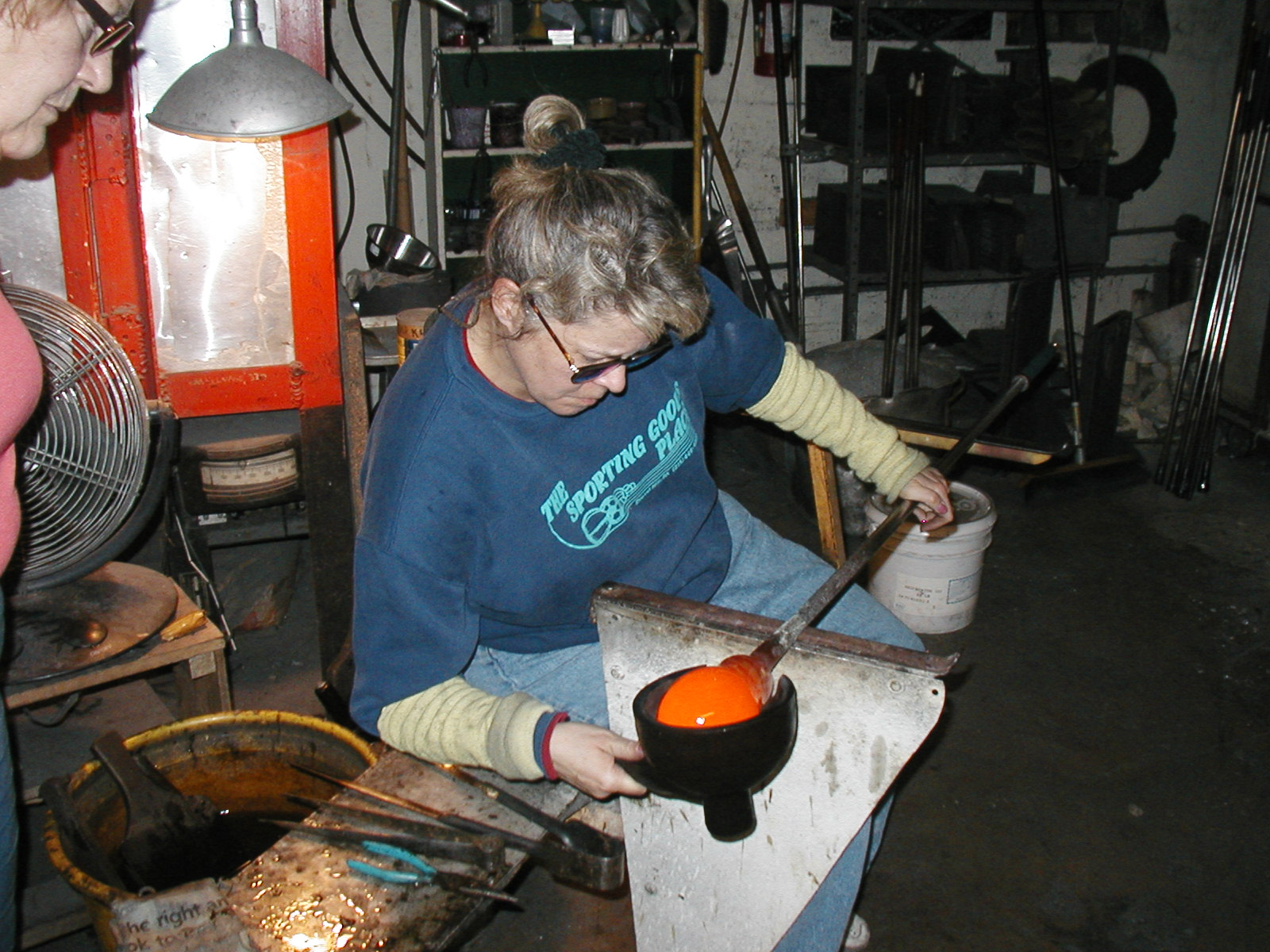Glassblower.Info - Joel Bless Glasslight Glassblowing class January 18 2004 #068