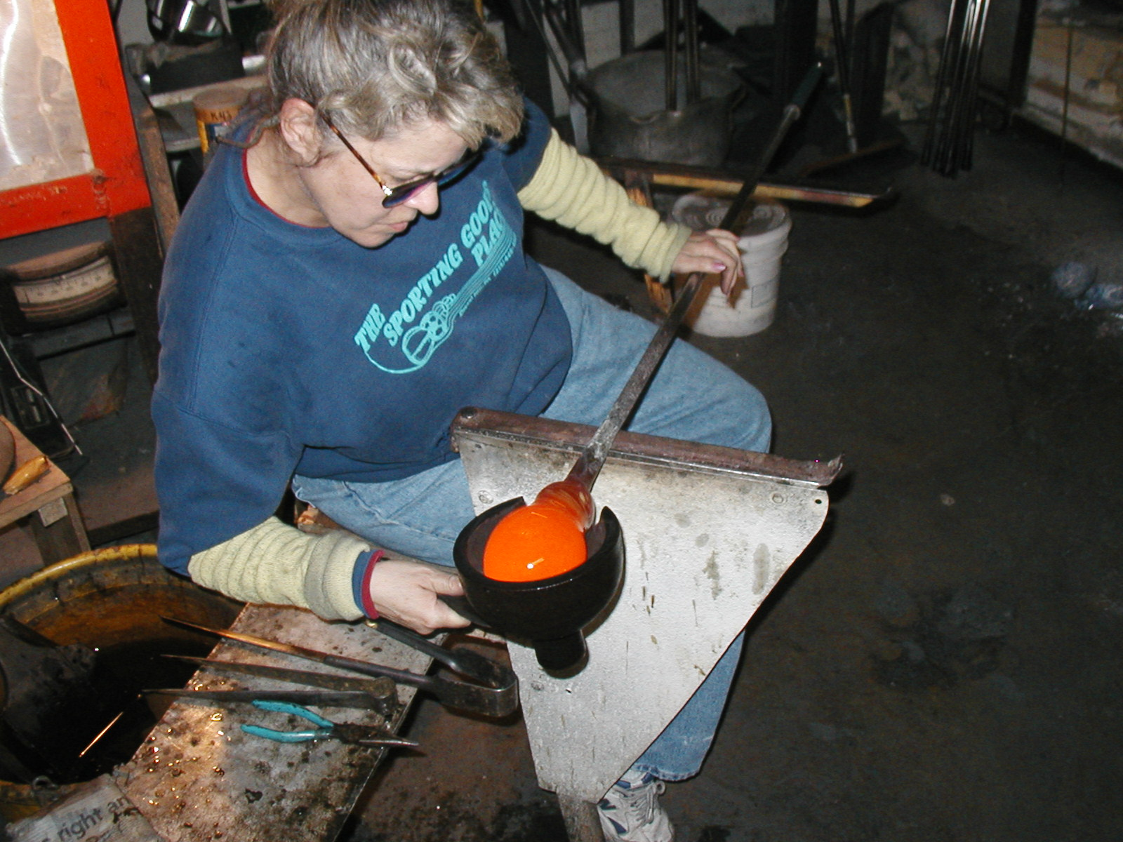 Glassblower.Info - Joel Bless Glasslight Glassblowing class January 18 2004 #069
