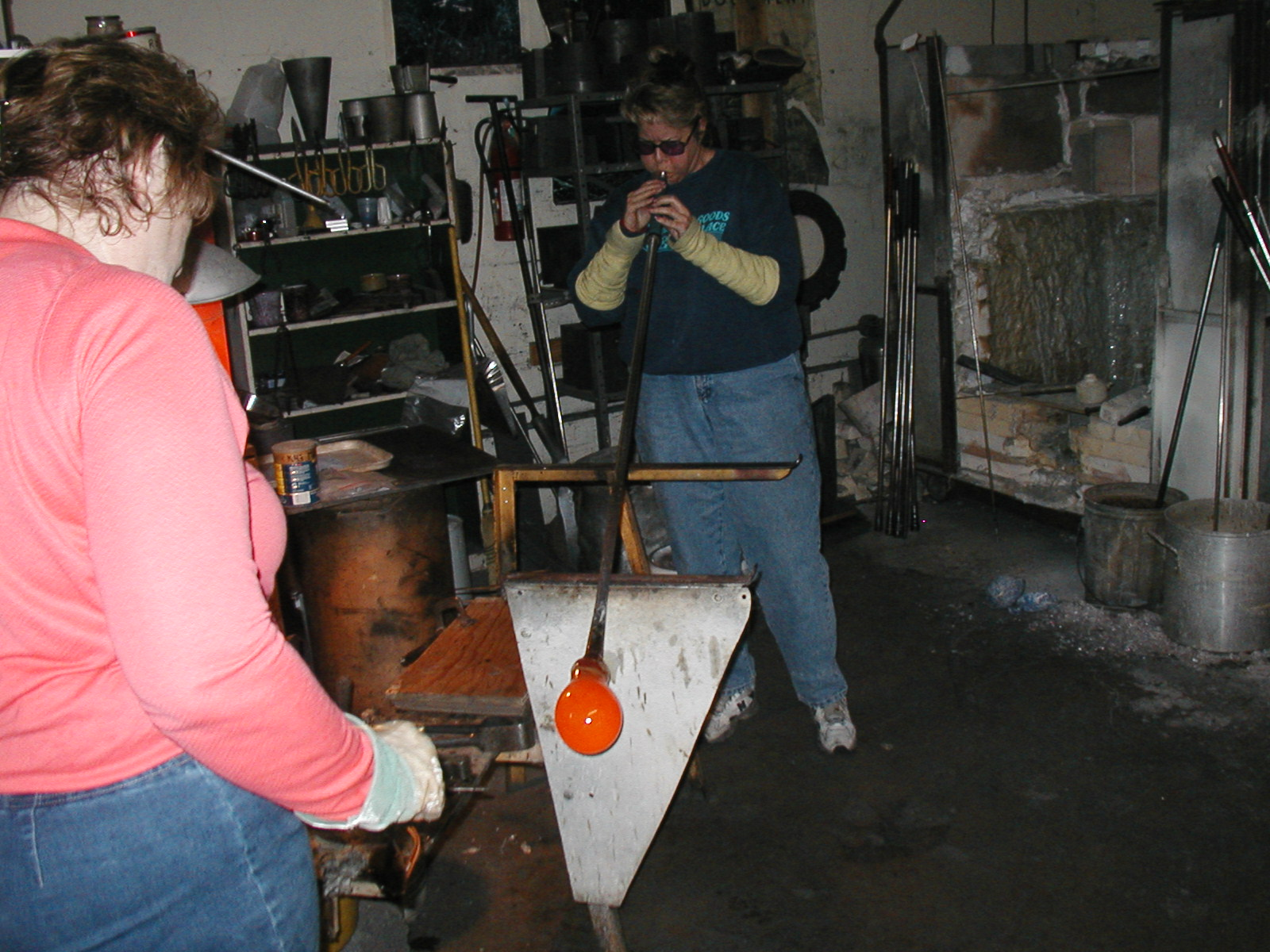 Glassblower.Info - Joel Bless Glasslight Glassblowing class January 18 2004 #070