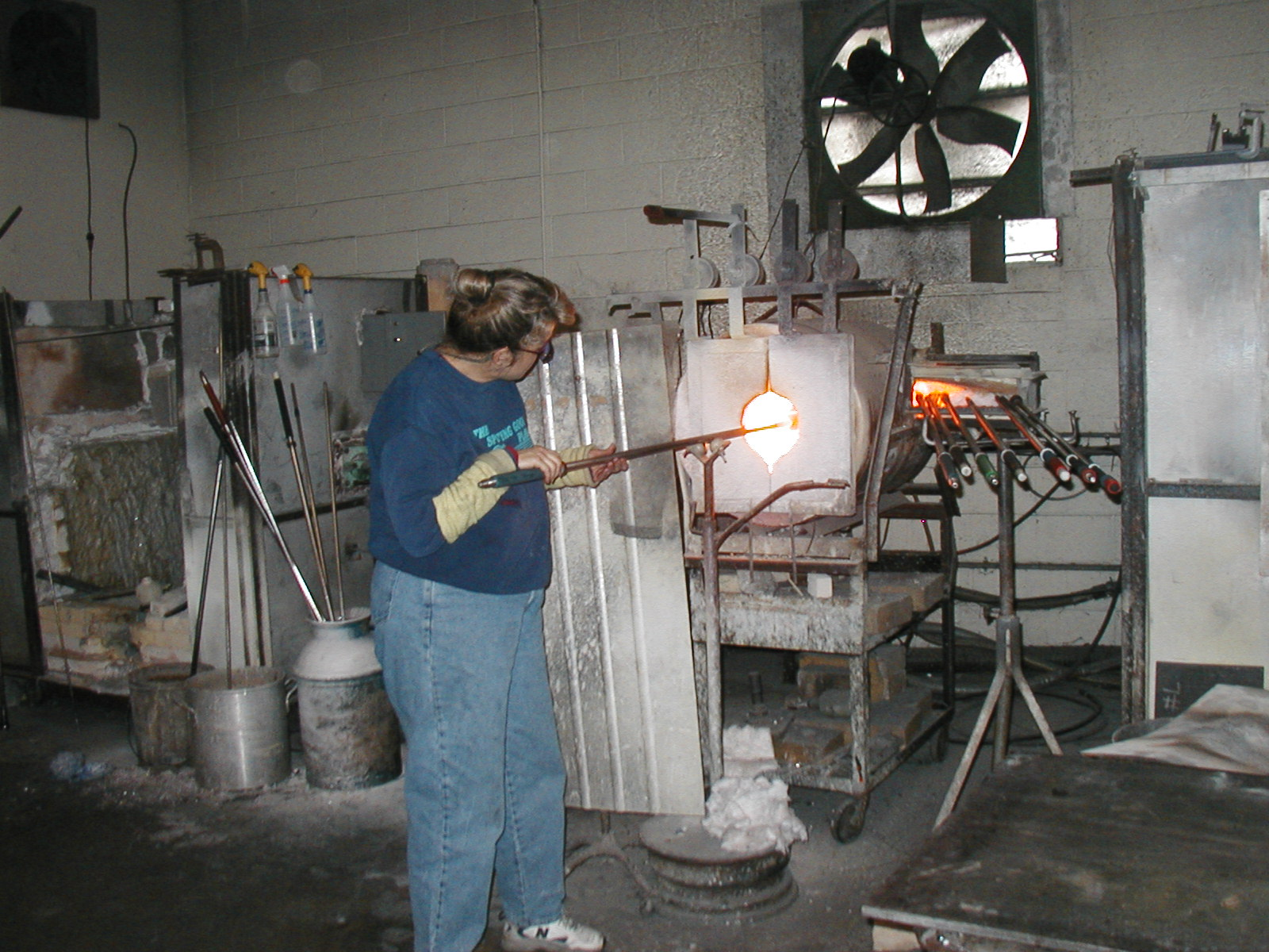 Glassblower.Info - Joel Bless Glasslight Glassblowing class January 18 2004 #073