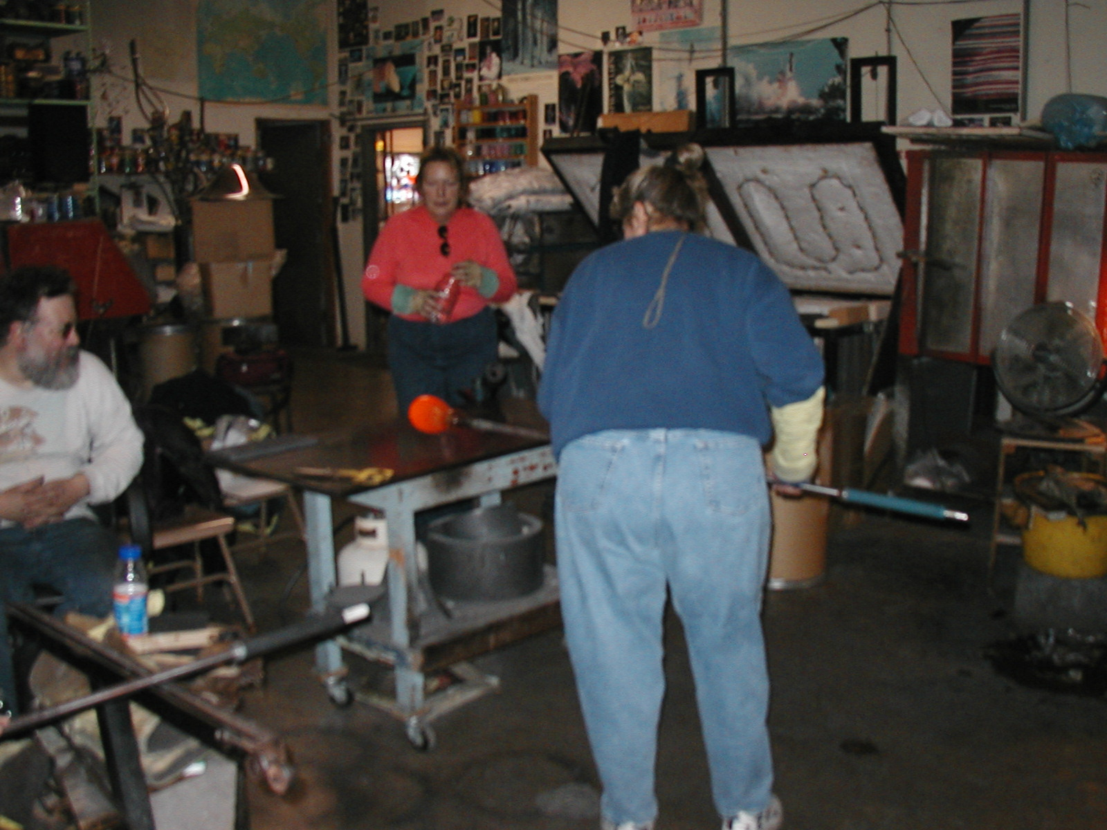 Glassblower.Info - Joel Bless Glasslight Glassblowing class January 18 2004 #074