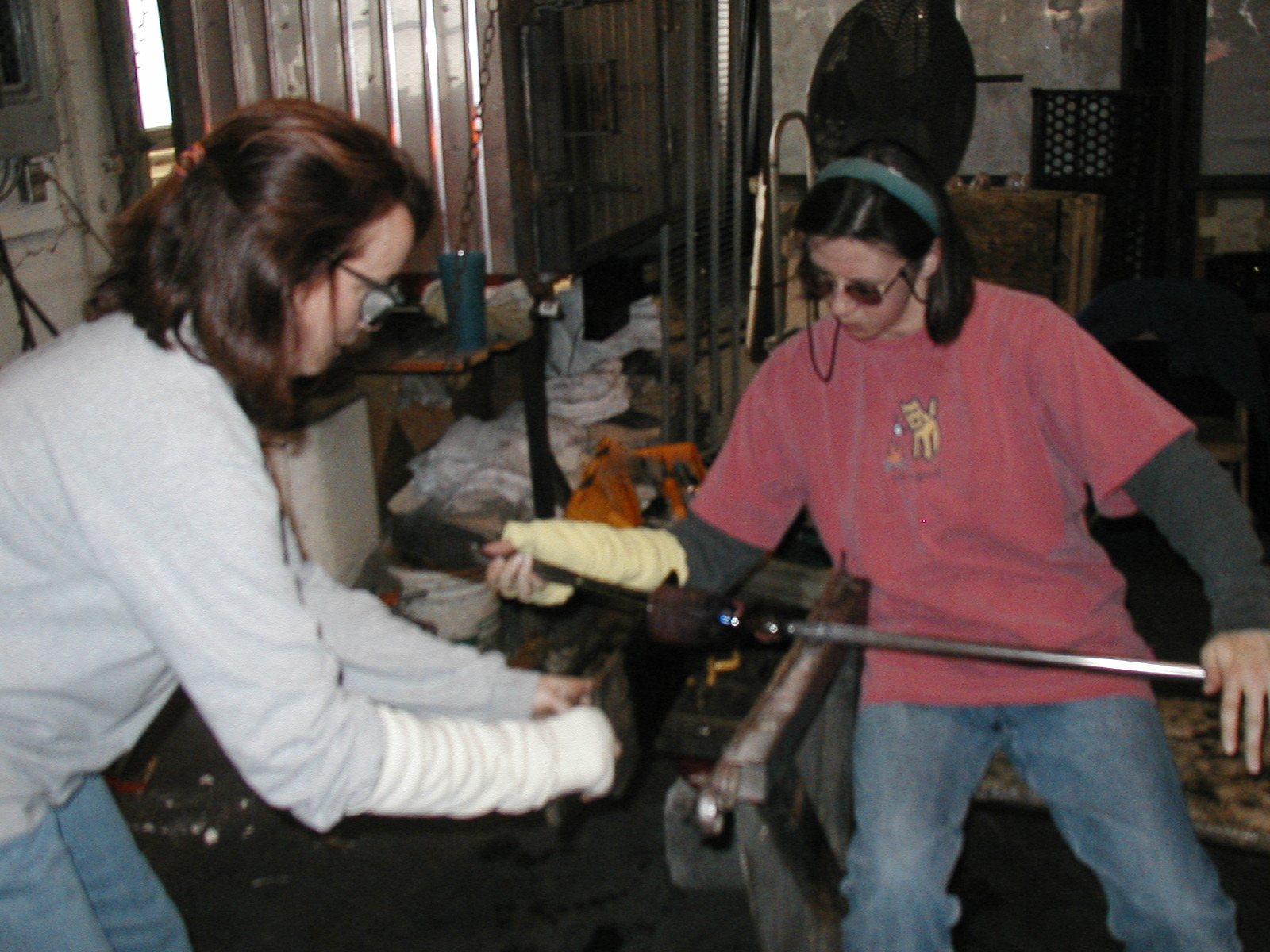 Glassblower.Info - Joel Bless Glasslight Glassblowing class January 18 2004 #075