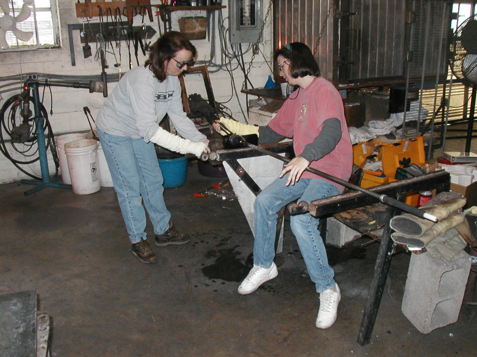 Glassblower.Info - Joel Bless Glasslight Glassblowing class January 18 2004 #076