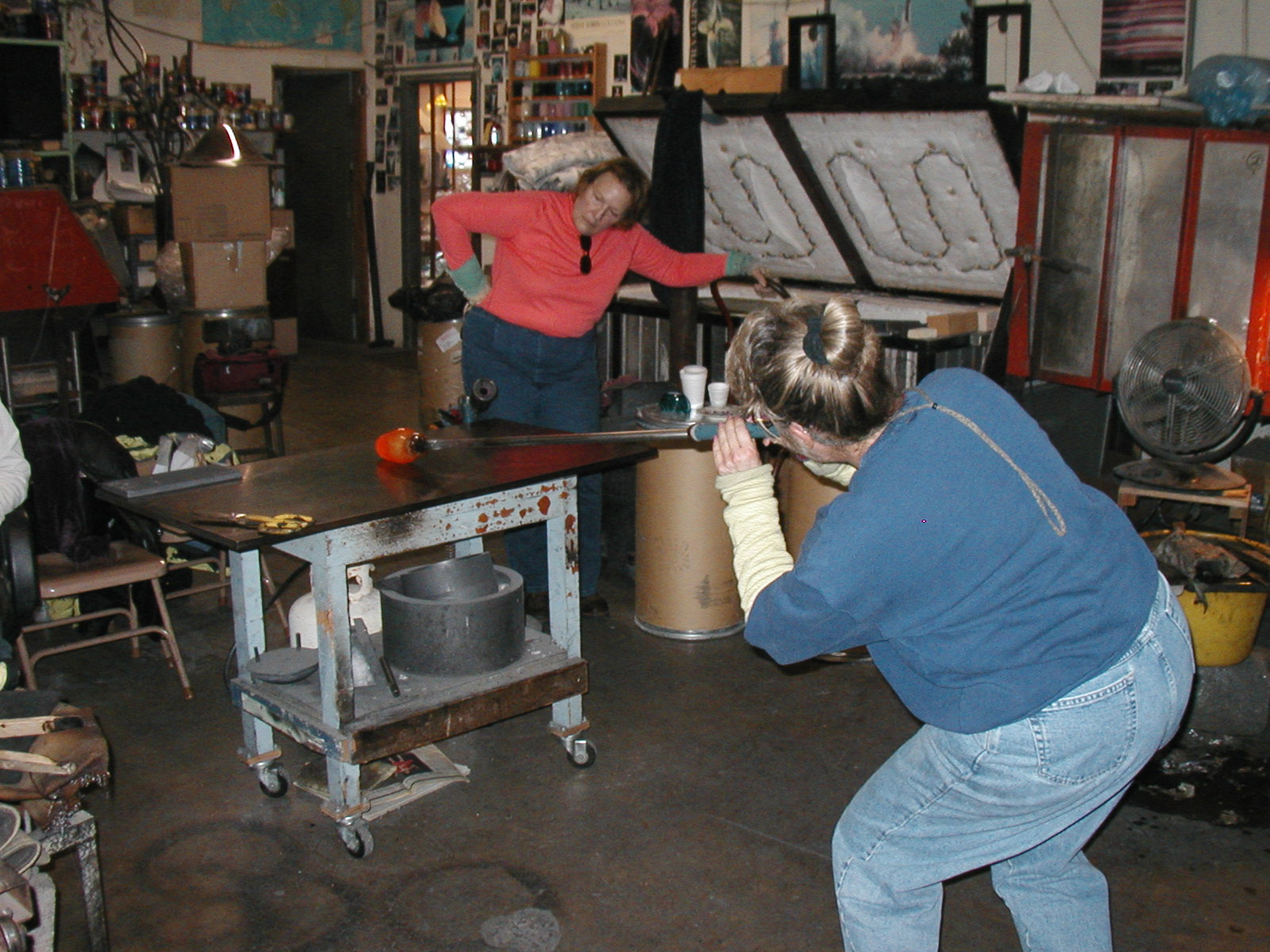 Glassblower.Info - Joel Bless Glasslight Glassblowing class January 18 2004 #077