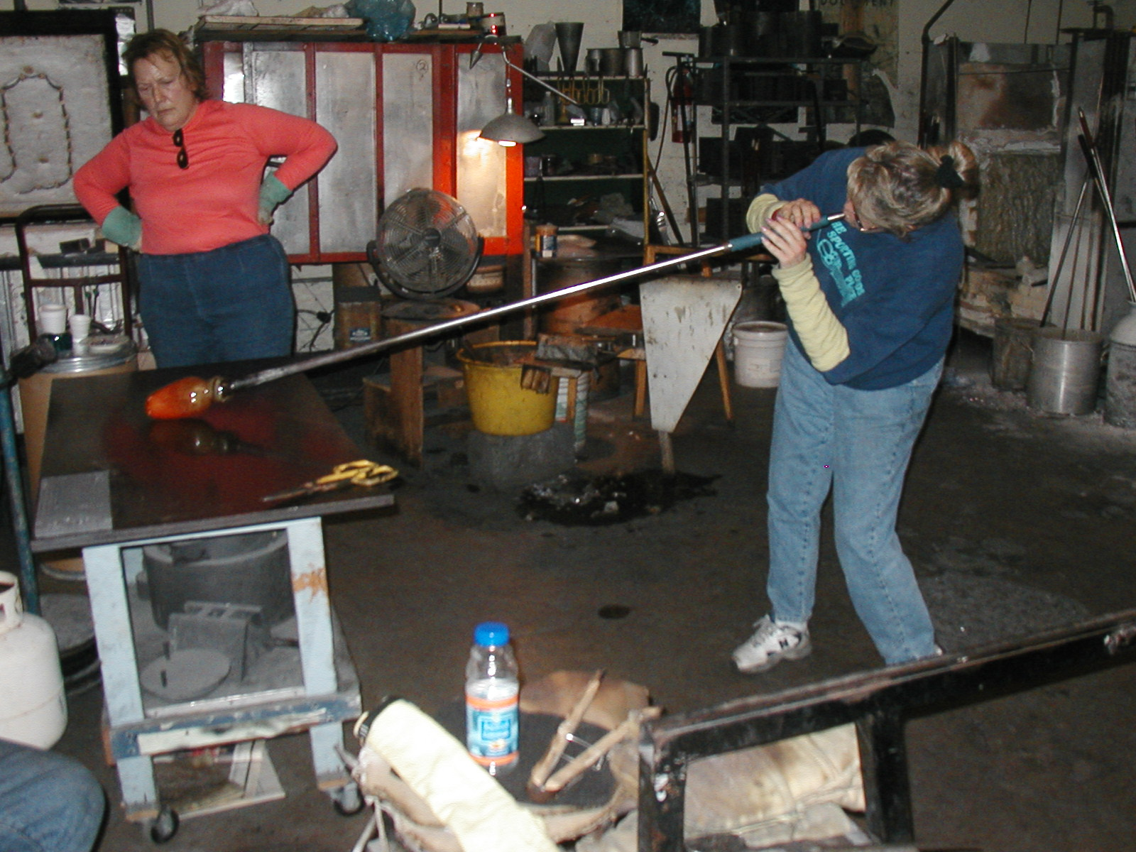 Glassblower.Info - Joel Bless Glasslight Glassblowing class January 18 2004 #080
