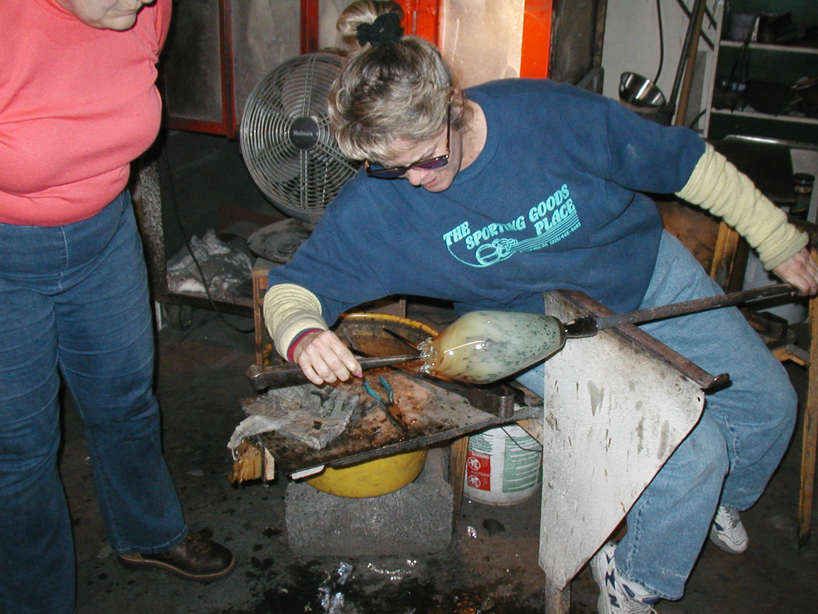 Glassblower.Info - Joel Bless Glasslight Glassblowing class January 18 2004 #081