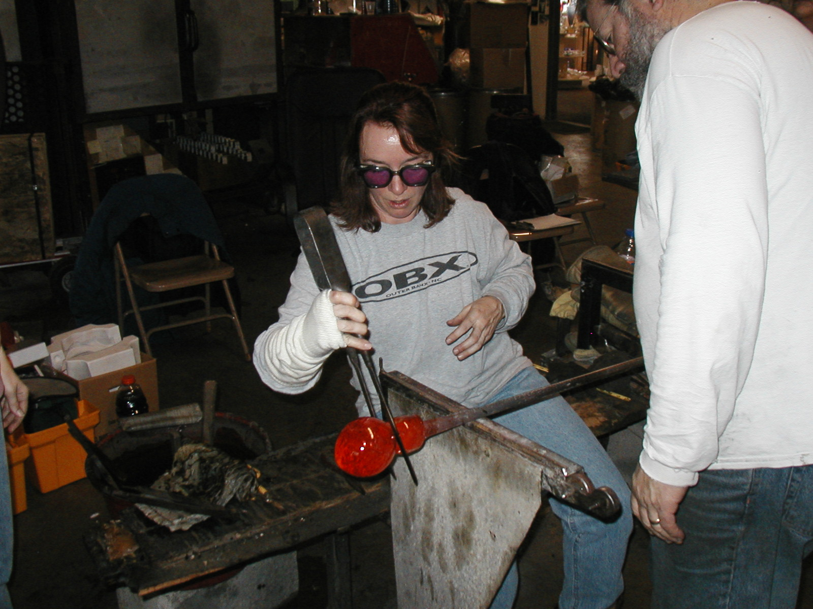 Glassblower.Info - Joel Bless Glasslight Glassblowing class January 18 2004 #082