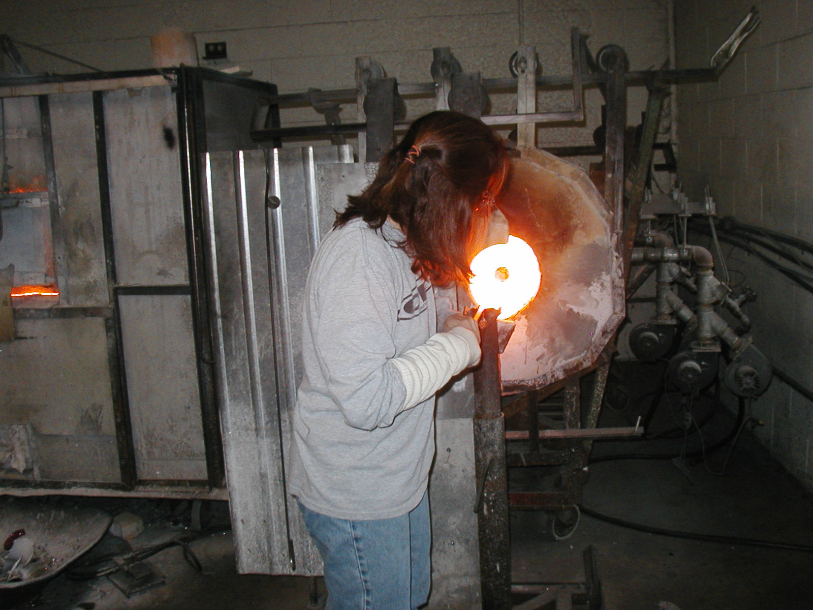 Glassblower.Info - Joel Bless Glasslight Glassblowing class January 18 2004 #083