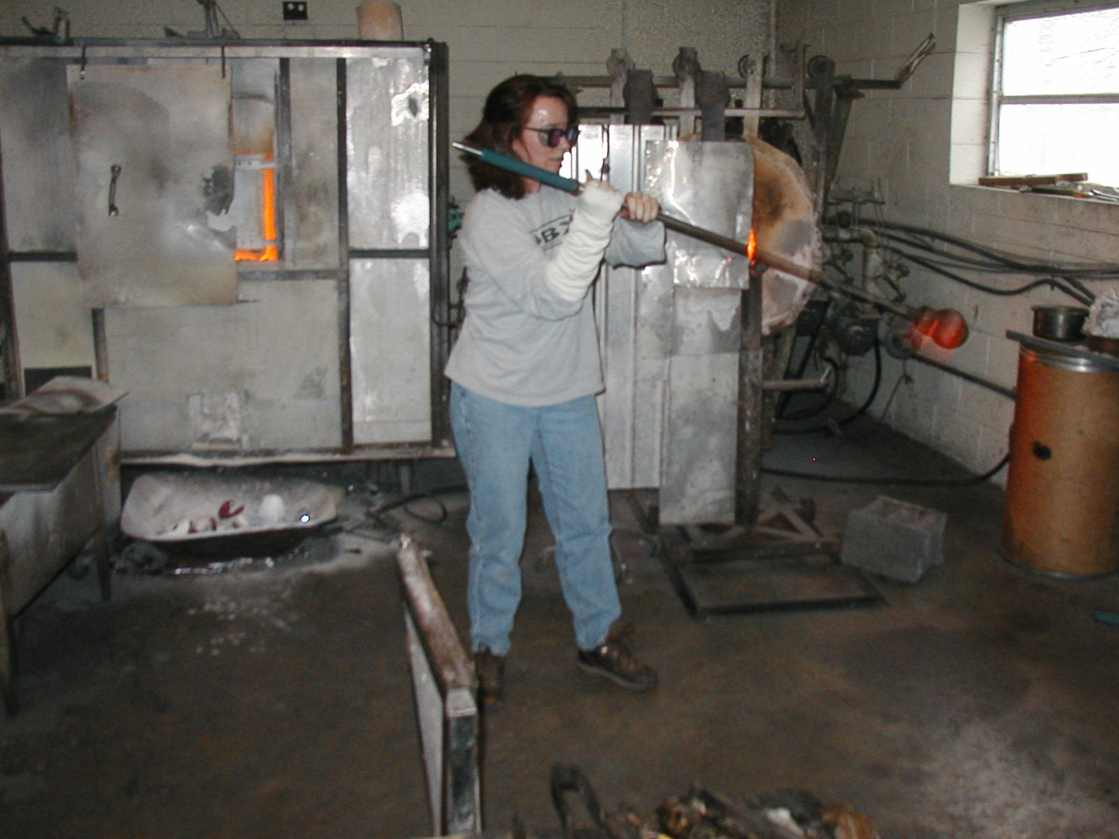 Glassblower.Info - Joel Bless Glasslight Glassblowing class January 18 2004 #084