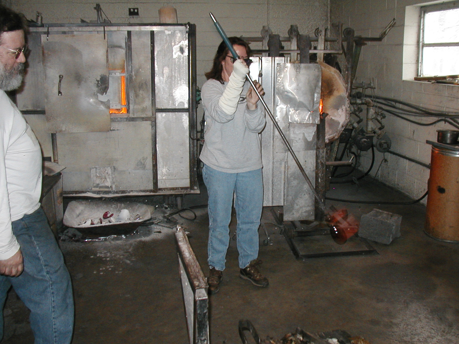Glassblower.Info - Joel Bless Glasslight Glassblowing class January 18 2004 #085