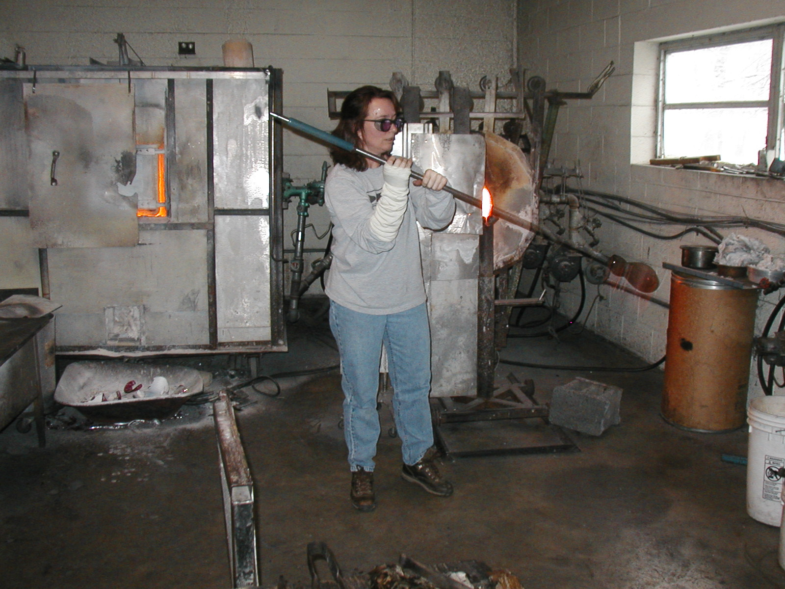 Glassblower.Info - Joel Bless Glasslight Glassblowing class January 18 2004 #086