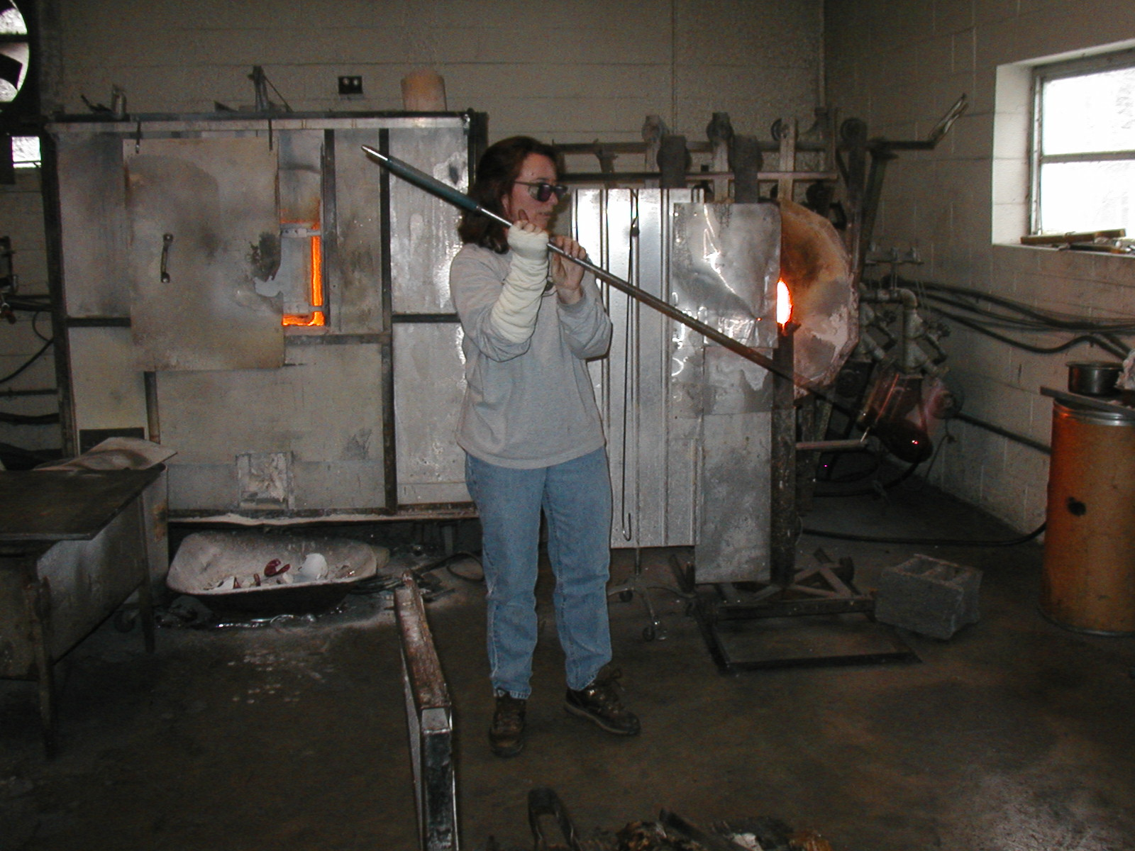 Glassblower.Info - Joel Bless Glasslight Glassblowing class January 18 2004 #087