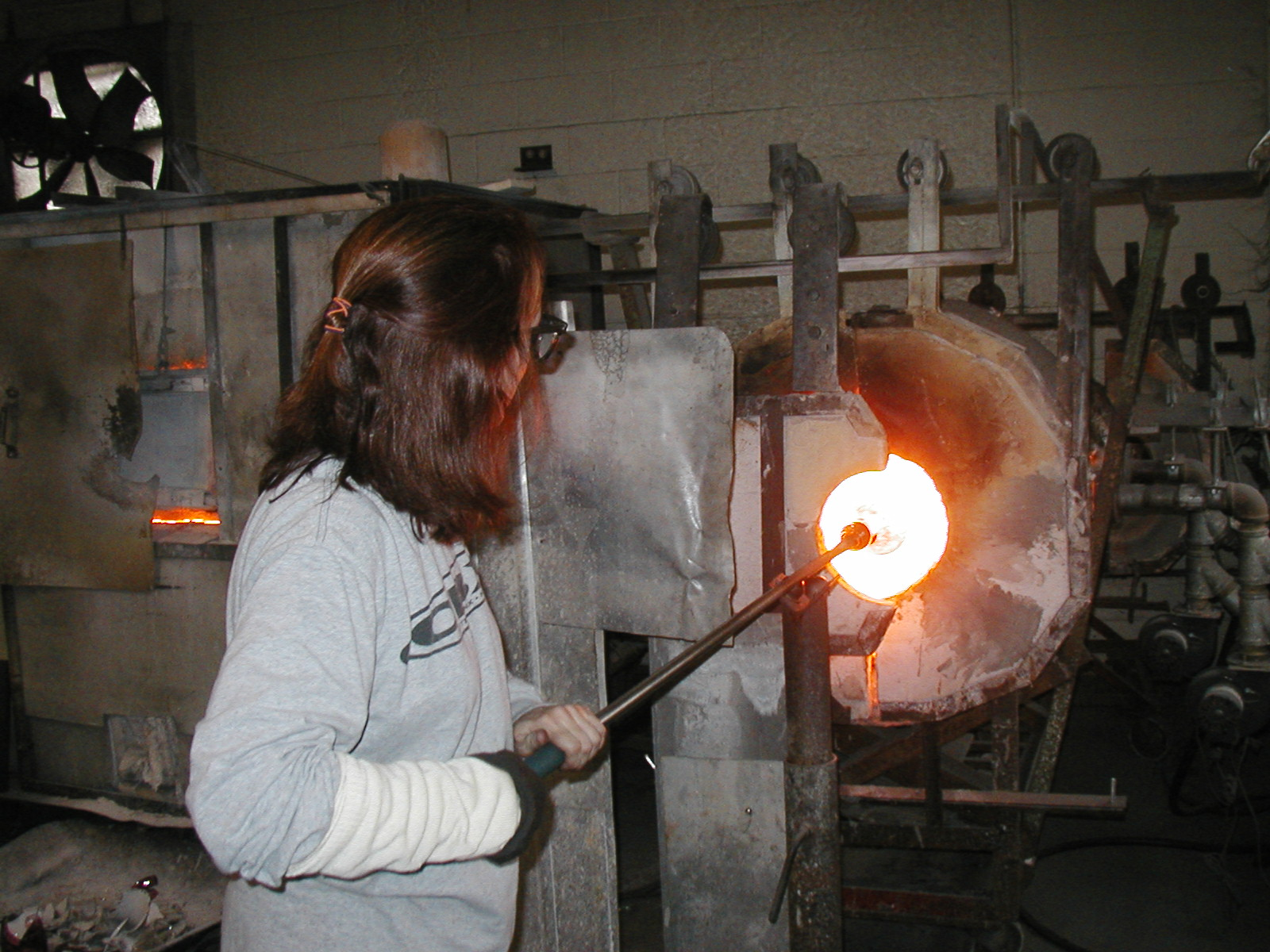 Glassblower.Info - Joel Bless Glasslight Glassblowing class January 18 2004 #091